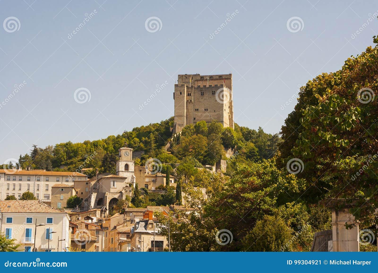 De versterkte toren die de horizon in Pont DE Barret in de Drome-Vallei in het Zuiden van Frankrijk overheerst
