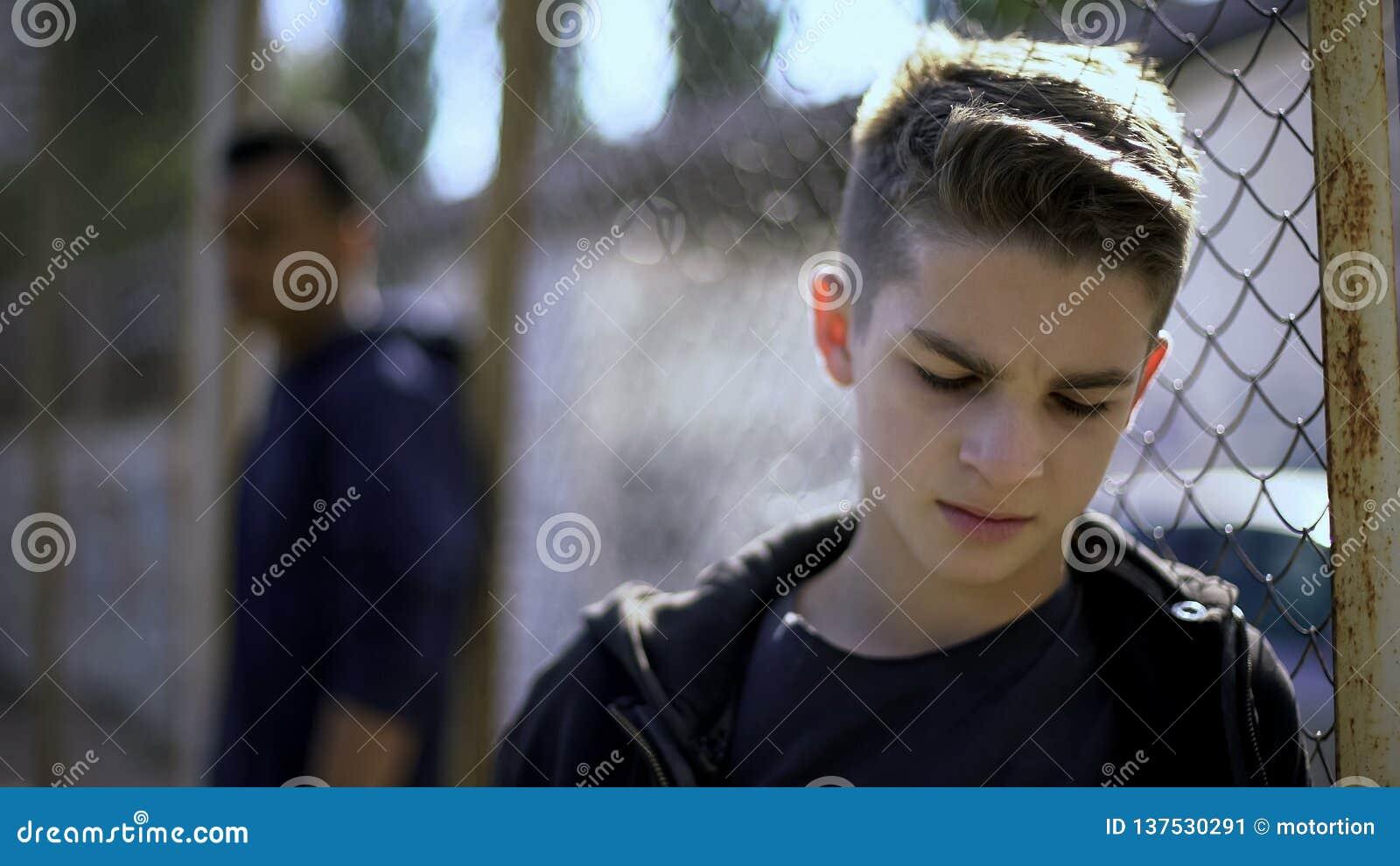 De verstoorde tienerjongens die op metaal leunen schermen, verlaten met de maatschappij, weeshuis