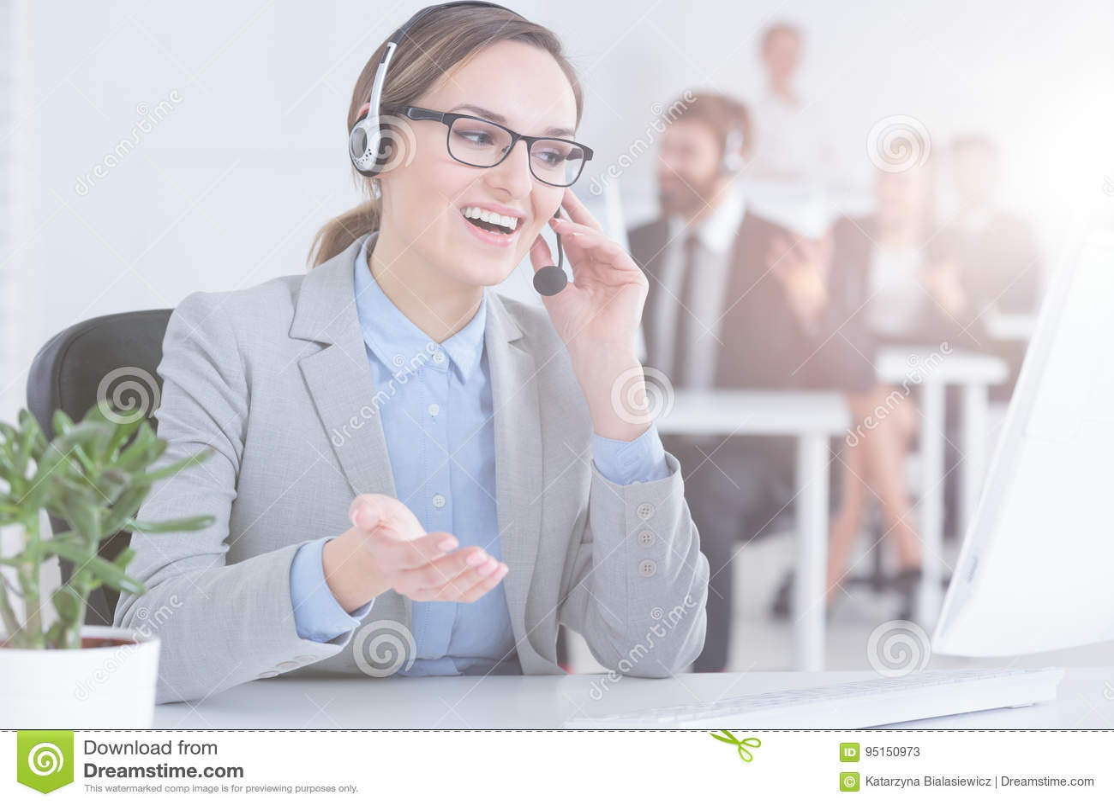 De vertegenwoordiger van de klantendienst in call centre