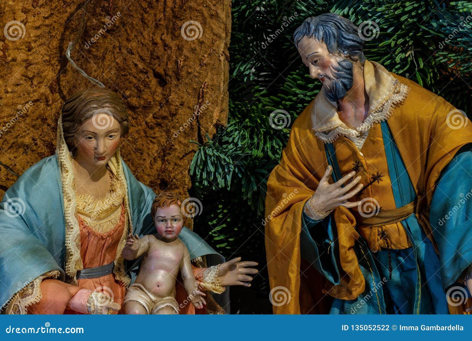 De vertegenwoordiging van de heilige familie, Maagdelijke Mary die het Kind Jesus houden en naast St Joseph