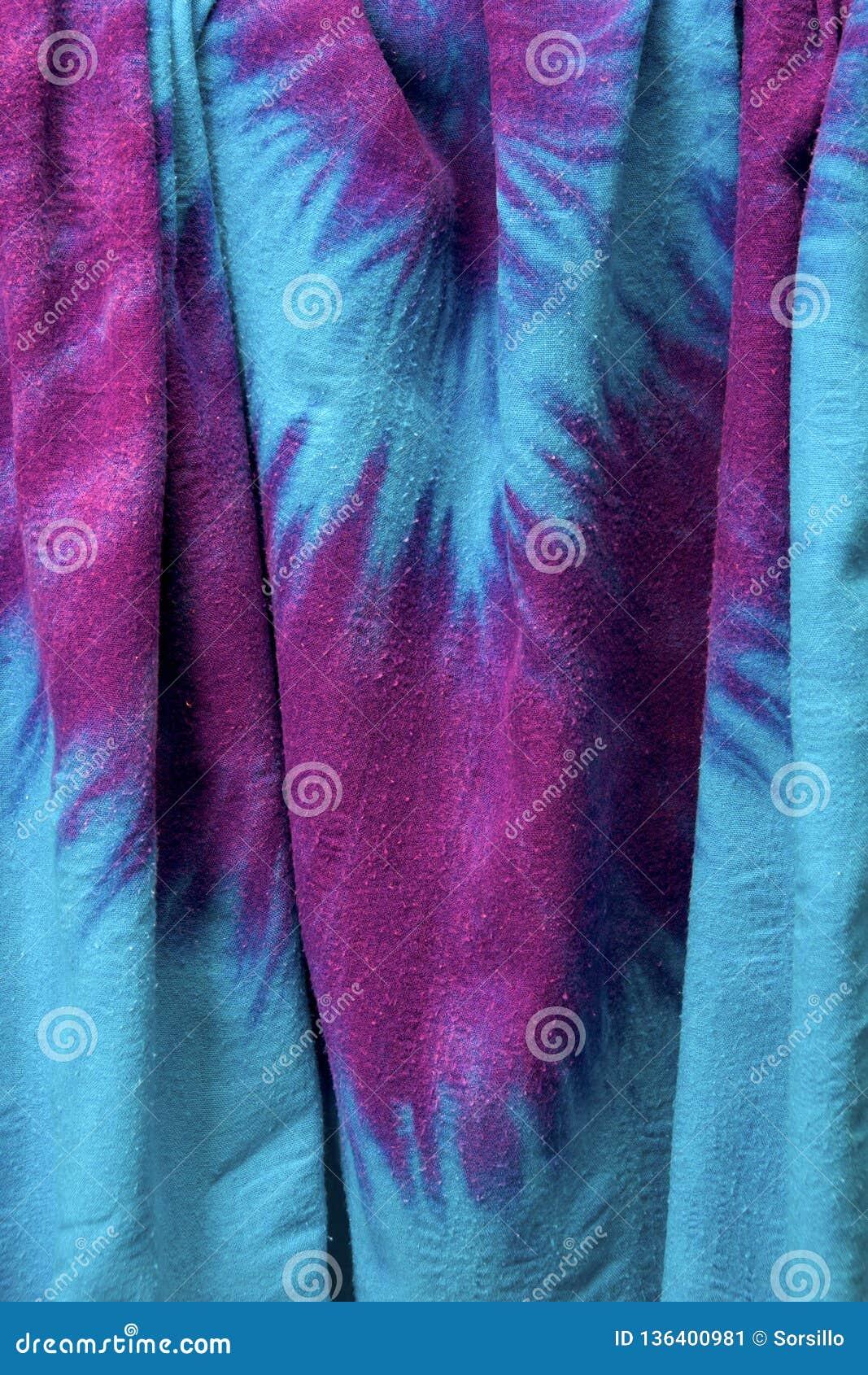 De verticale hangende achtergrond van de bandkleurstof