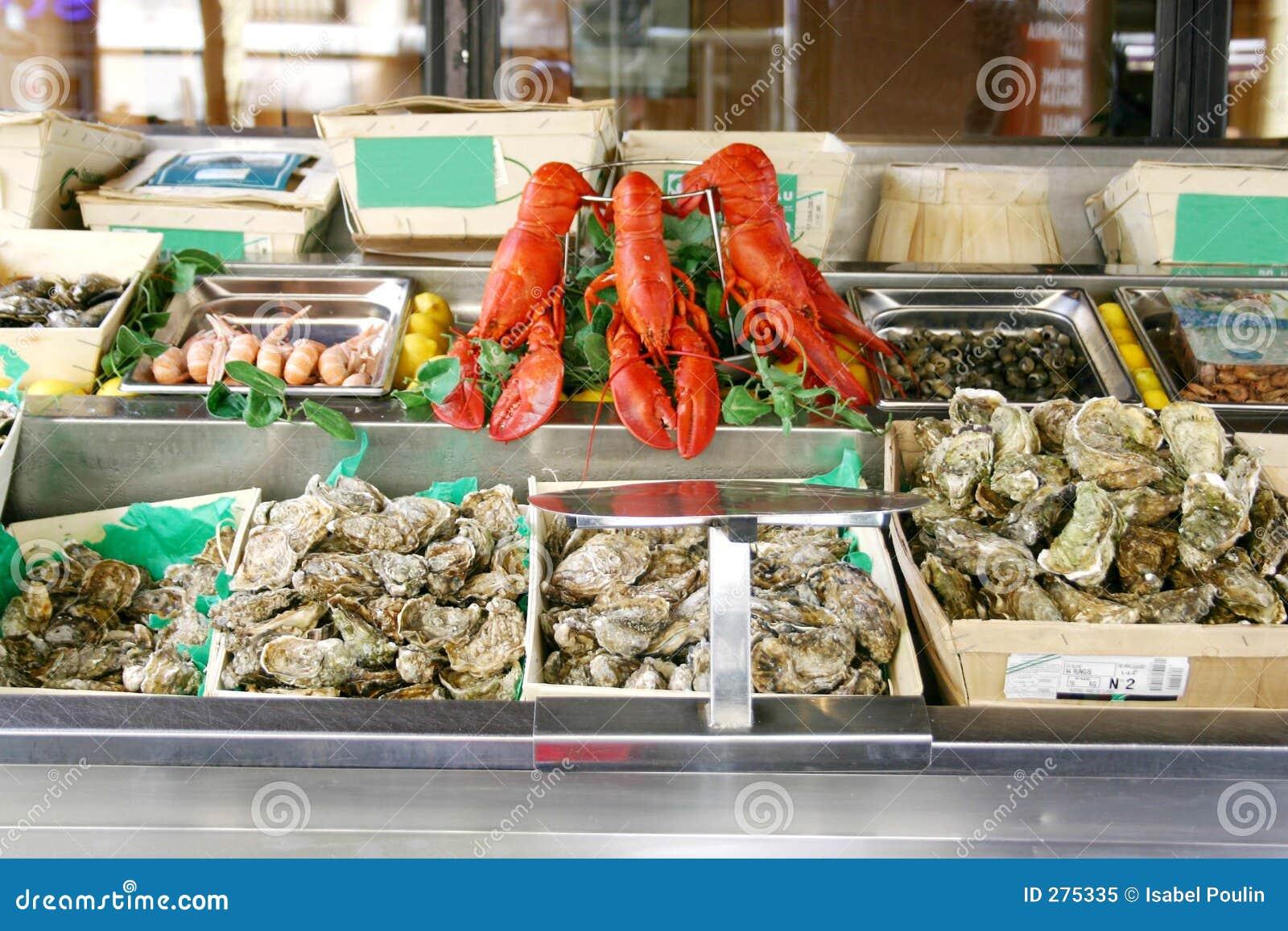 De vertoning van zeevruchten in markt