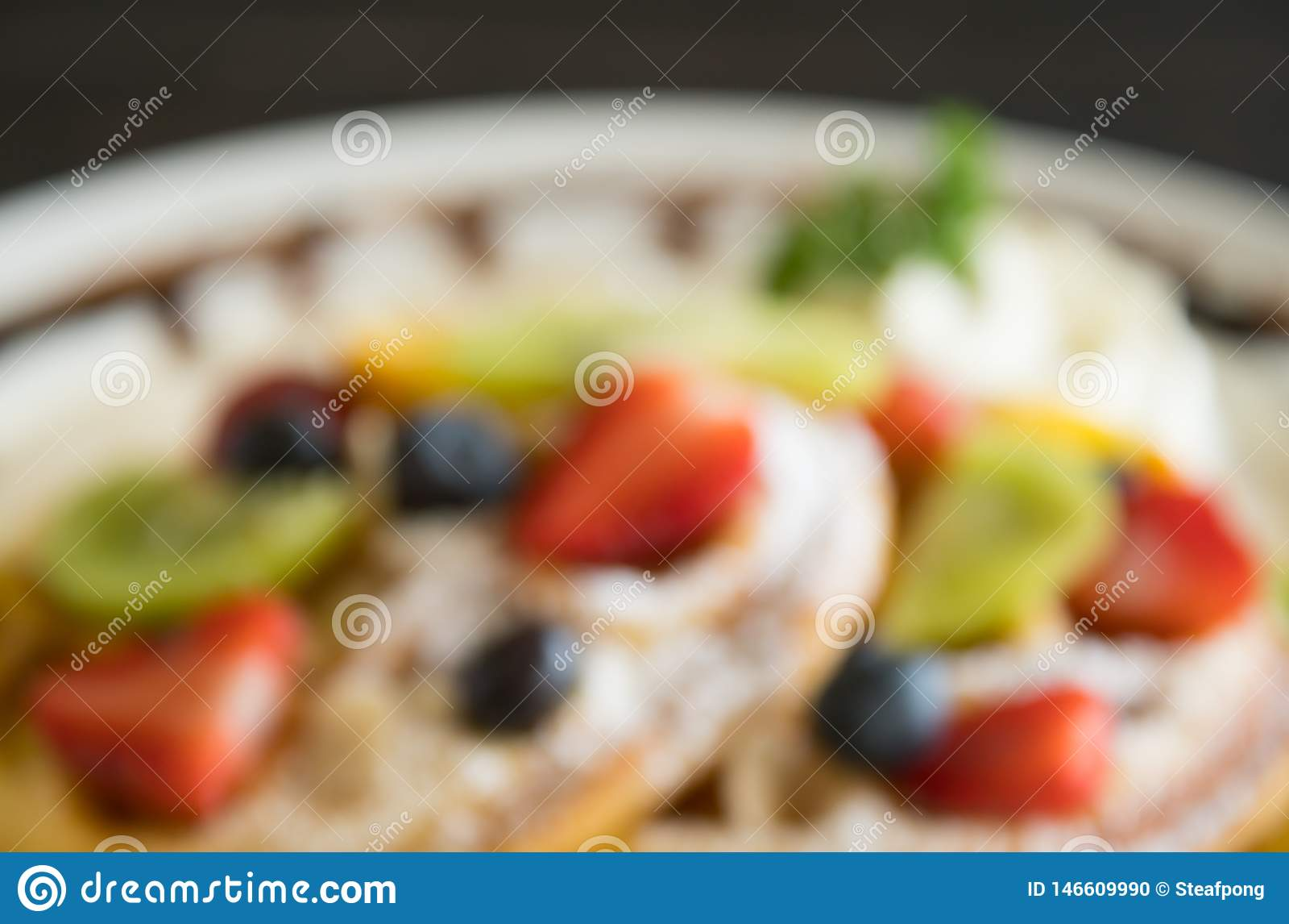 De vertroebelende Bosbes Kiwi Fruity Waffle Dessert Background van de Stijlaardbei voor Ontwerp
