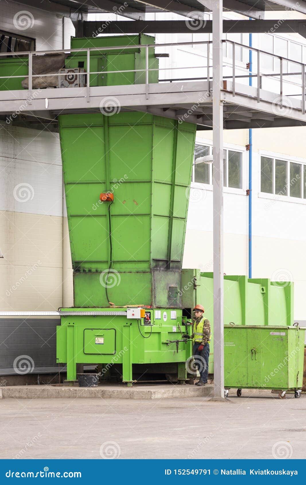 De verwerkingsinstallatie van het afval Technologisch proces voor goedkeuring, opslag, het sorteren en verdere verwerking van afv