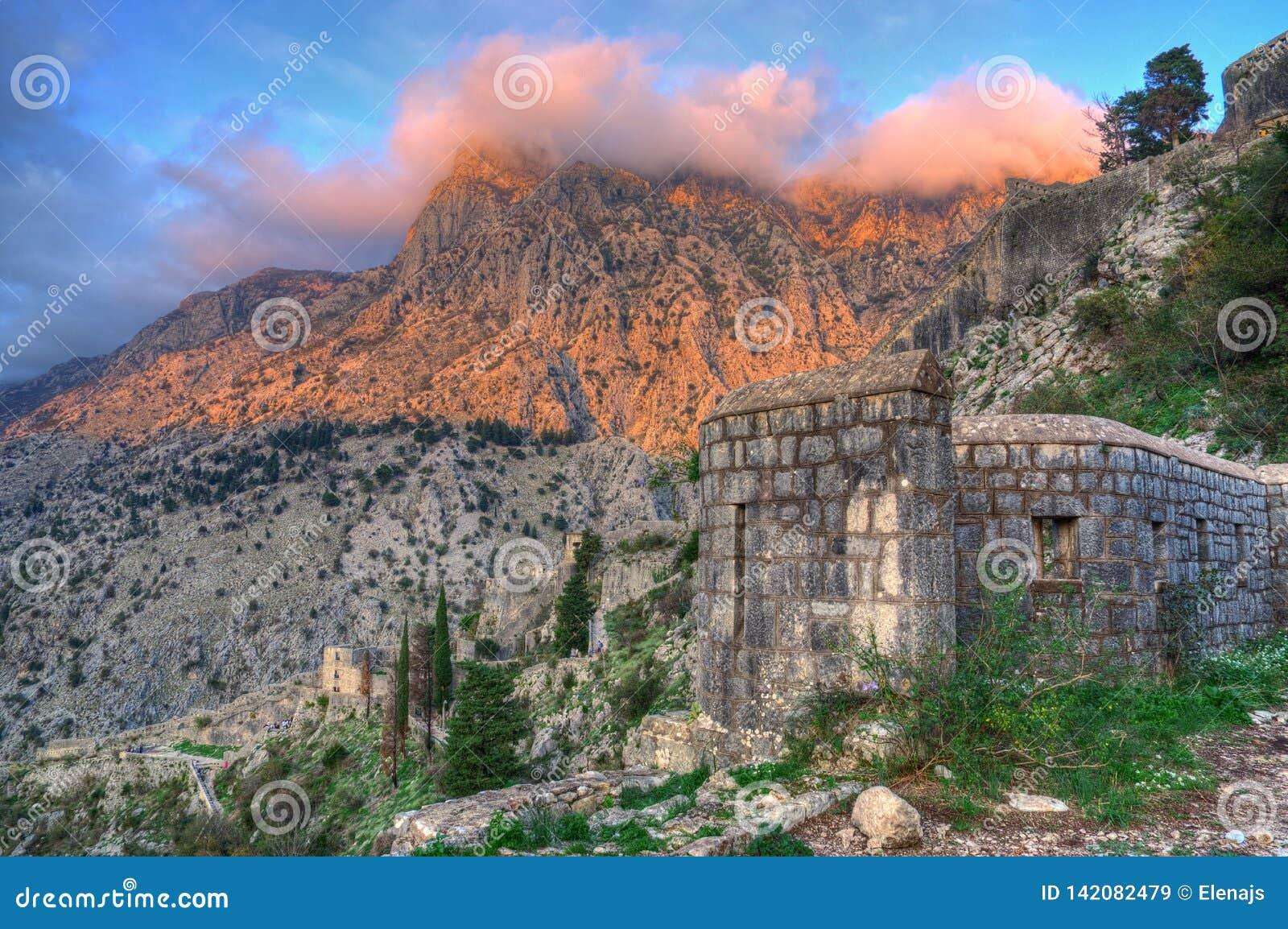 De vesting St John, lokated boven Kotor-stad en Kotor-baai, Adriatische overzees, Montenegro