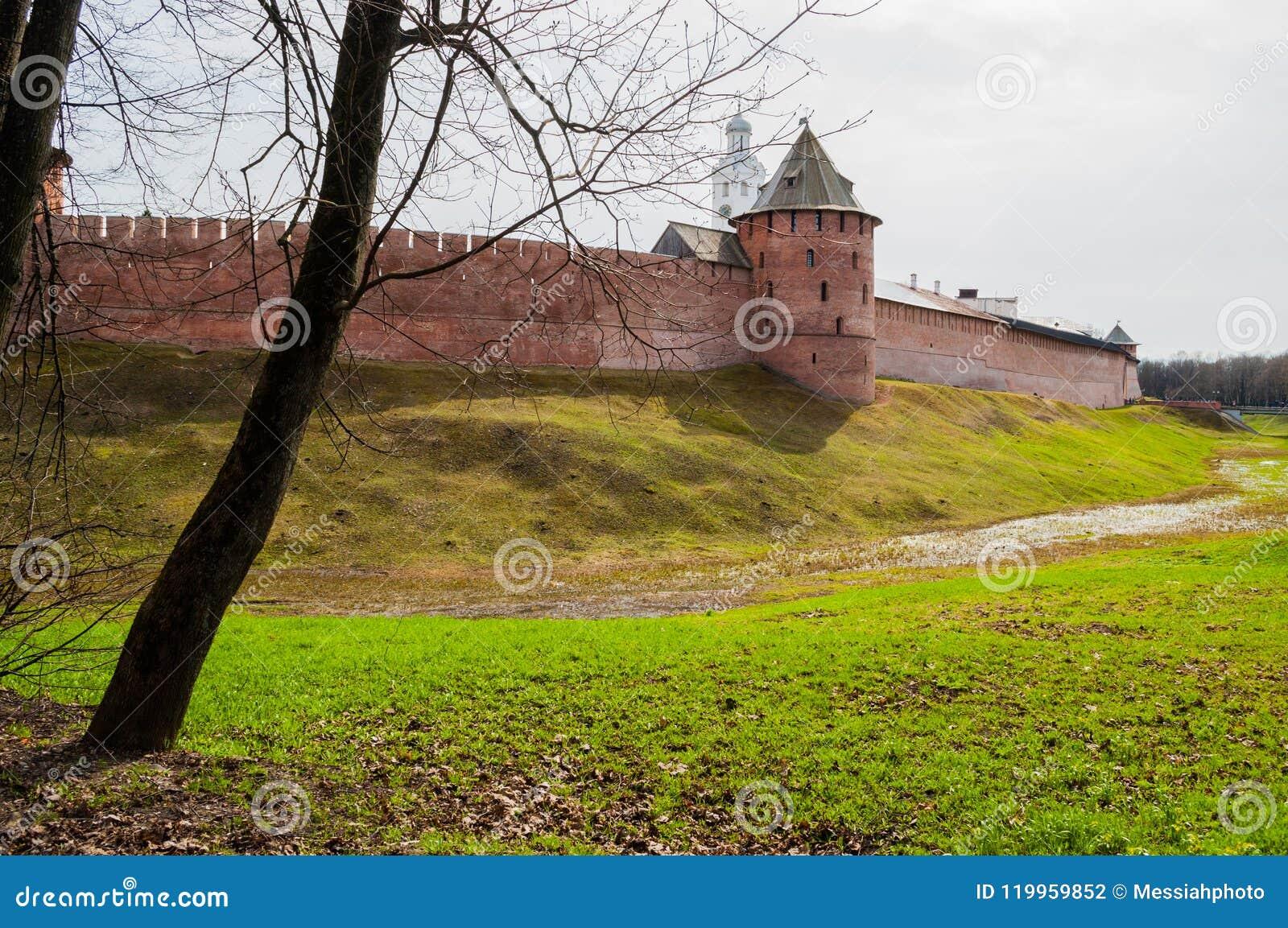 De vesting van Velikynovgorod het Kremlin en klokketoren in Veliky Novgorod Rusland - spring mening op