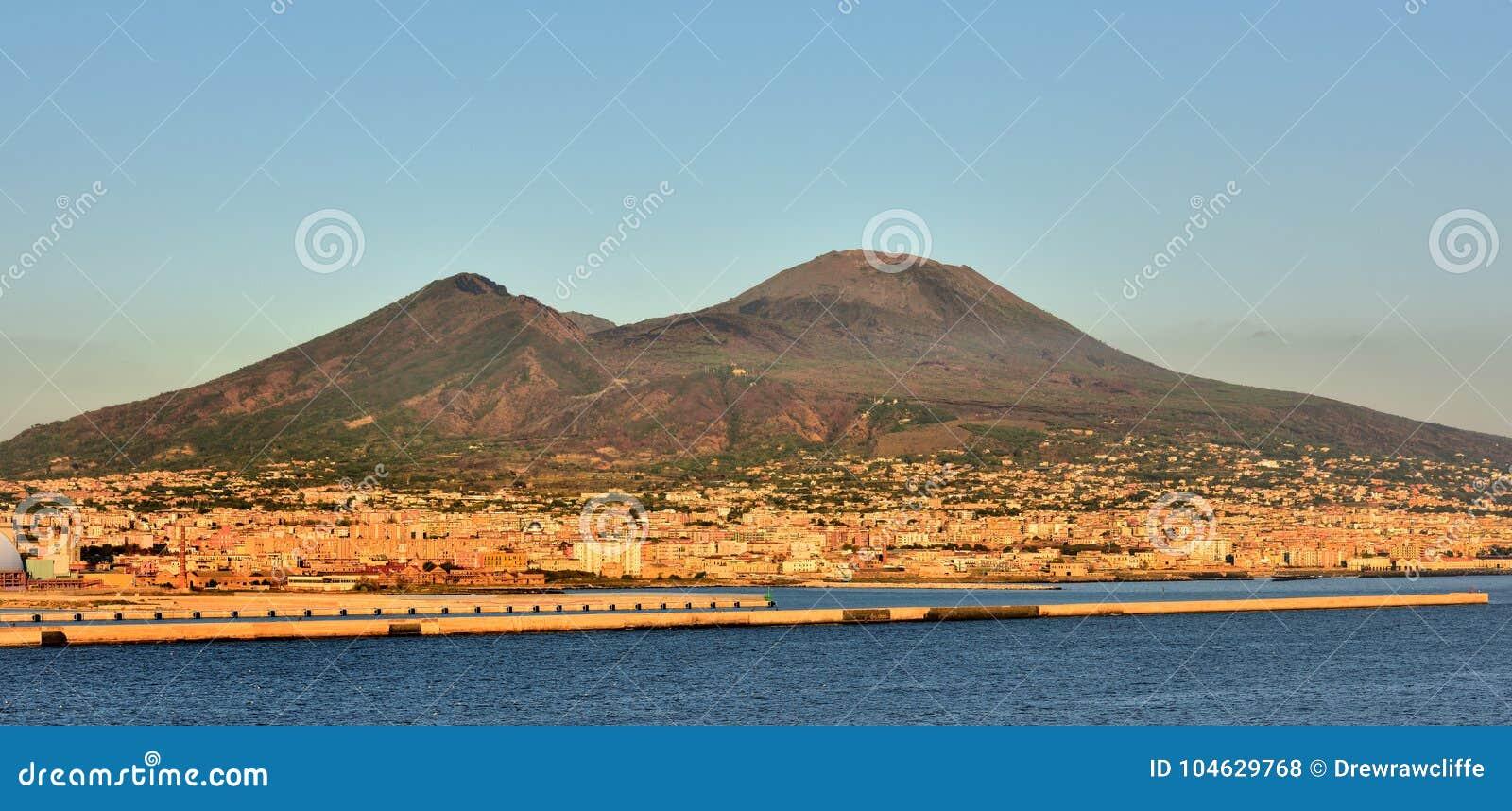 Download De Vesuvius en Napels stock foto. Afbeelding bestaande uit vulkaan - 104629768