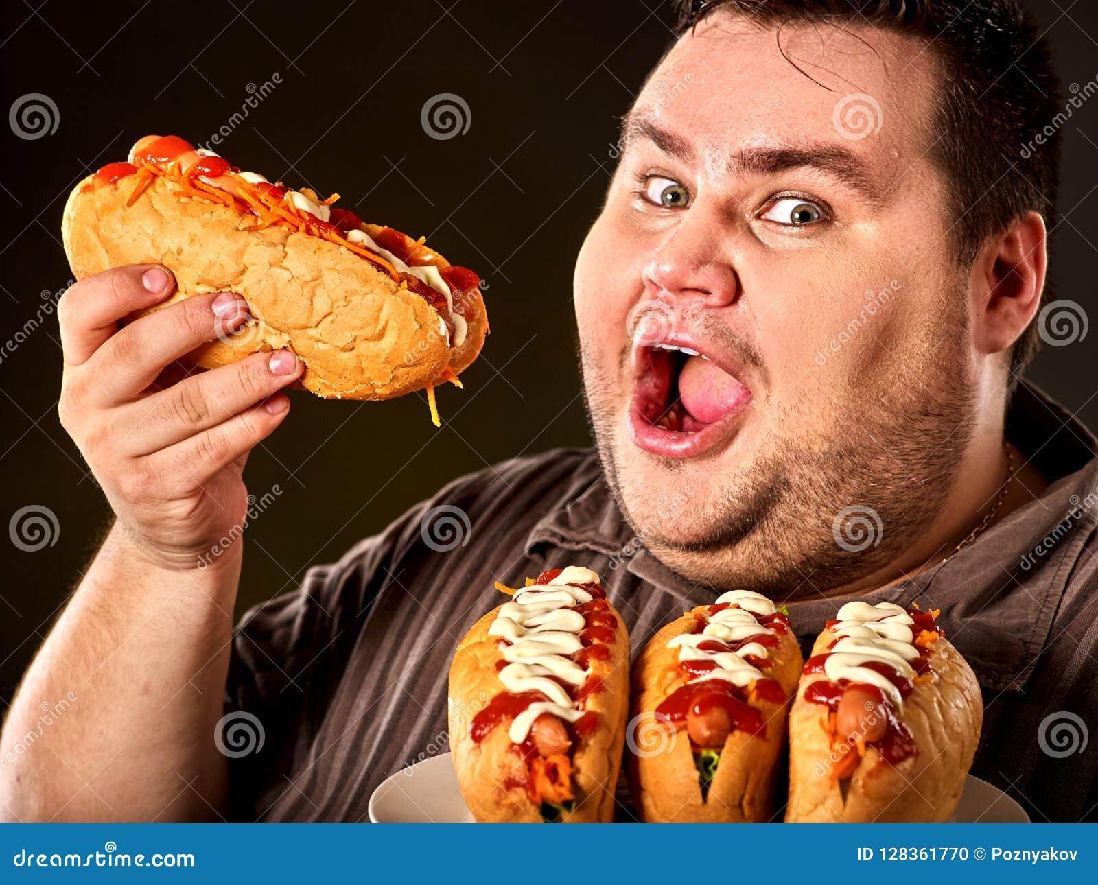 De Vette mens die van de hotdogwedstrijd snel voedselhotdog eten