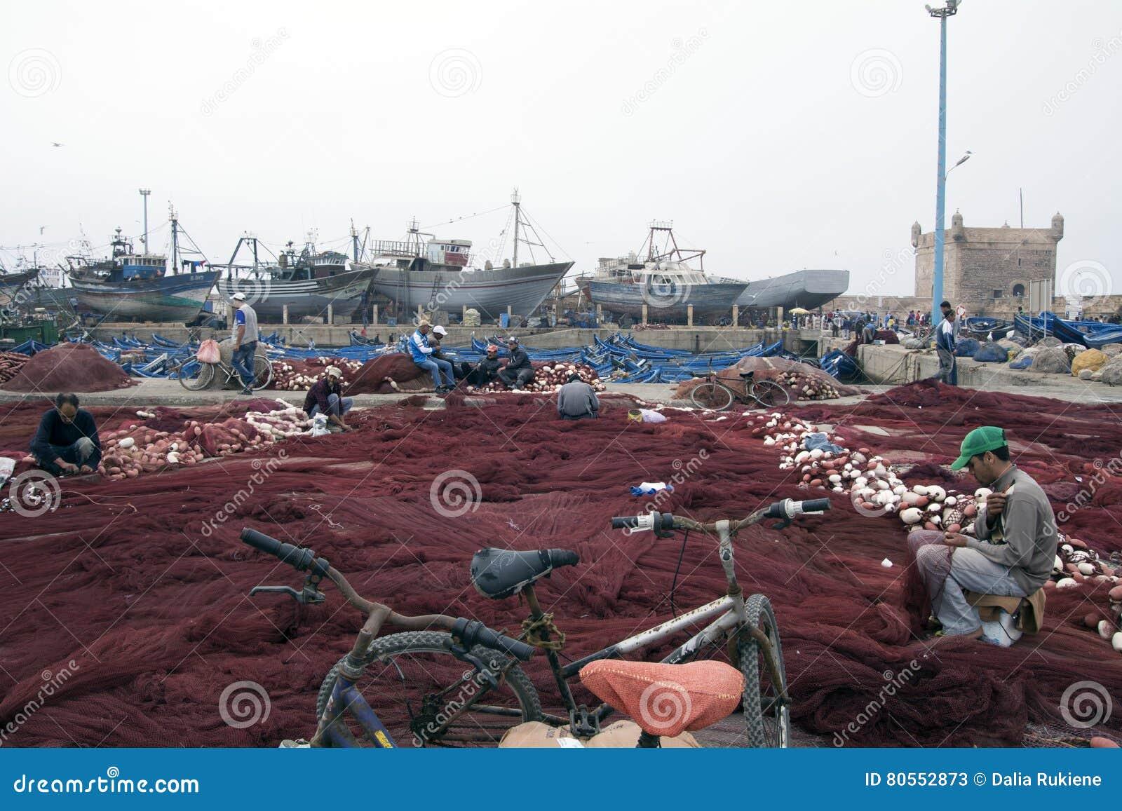 De visser bereidt zijn visnetten voor Essaouira Marokko