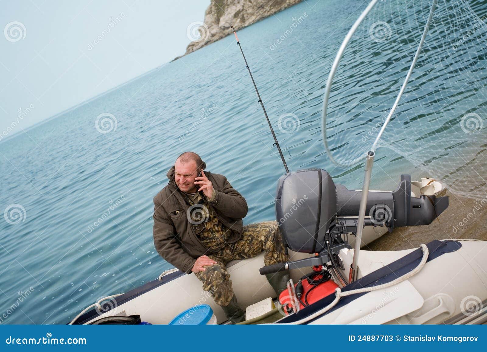 De visser sprak op zijn mobiel