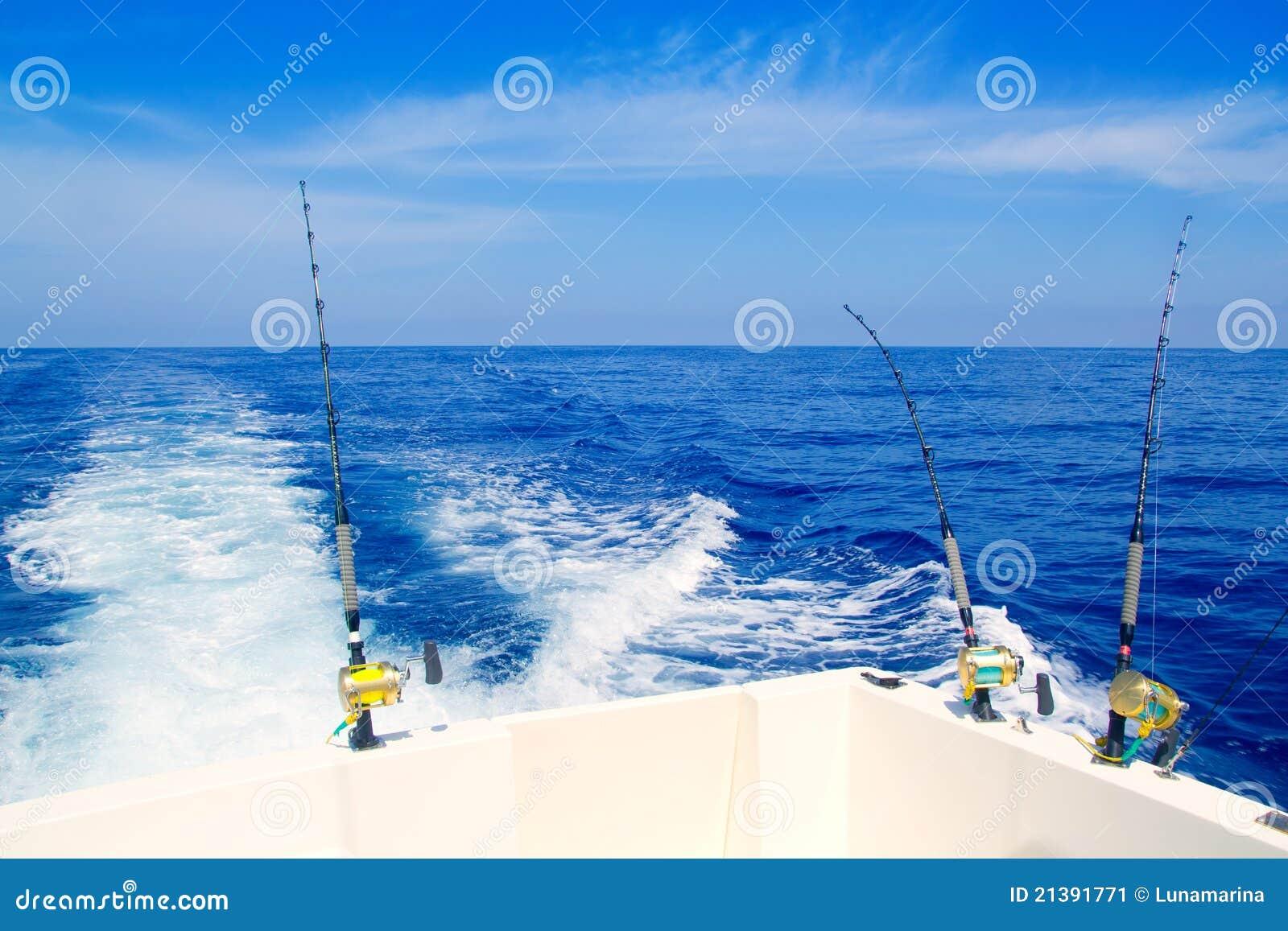 De visserij van de boot het met een sleeplijn vissen in diepe blauwe overzees