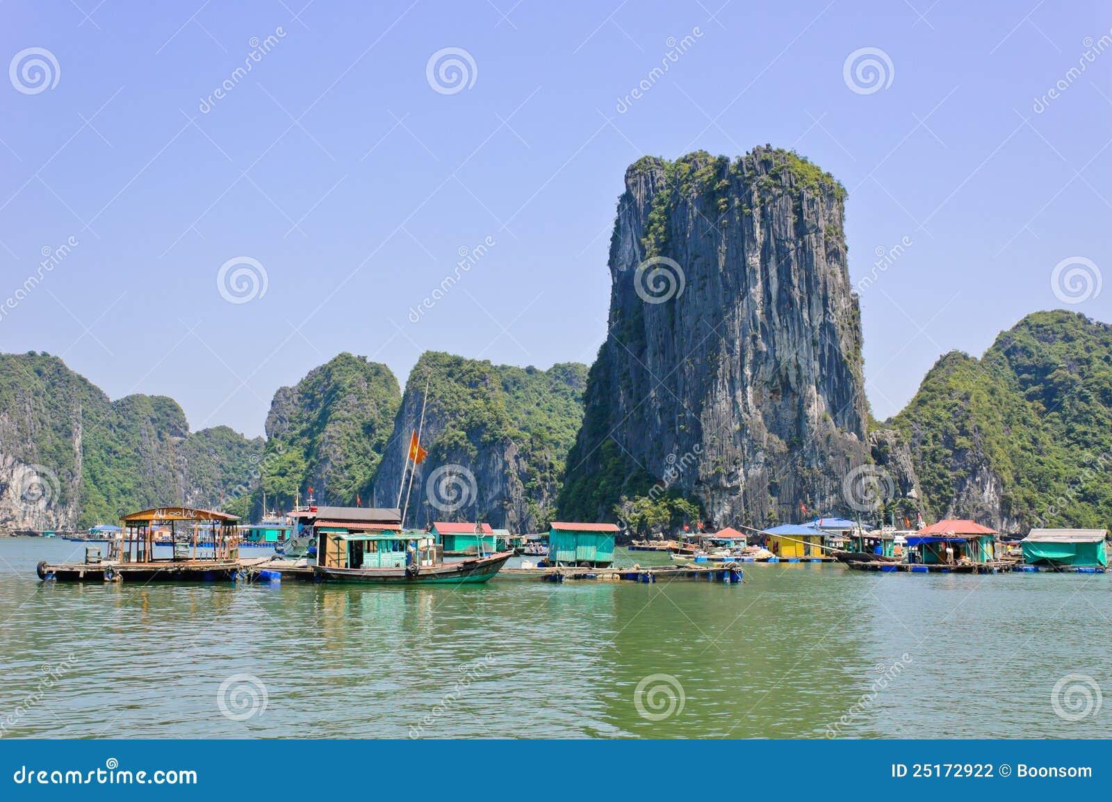 De visserij van dorp in baai Halong