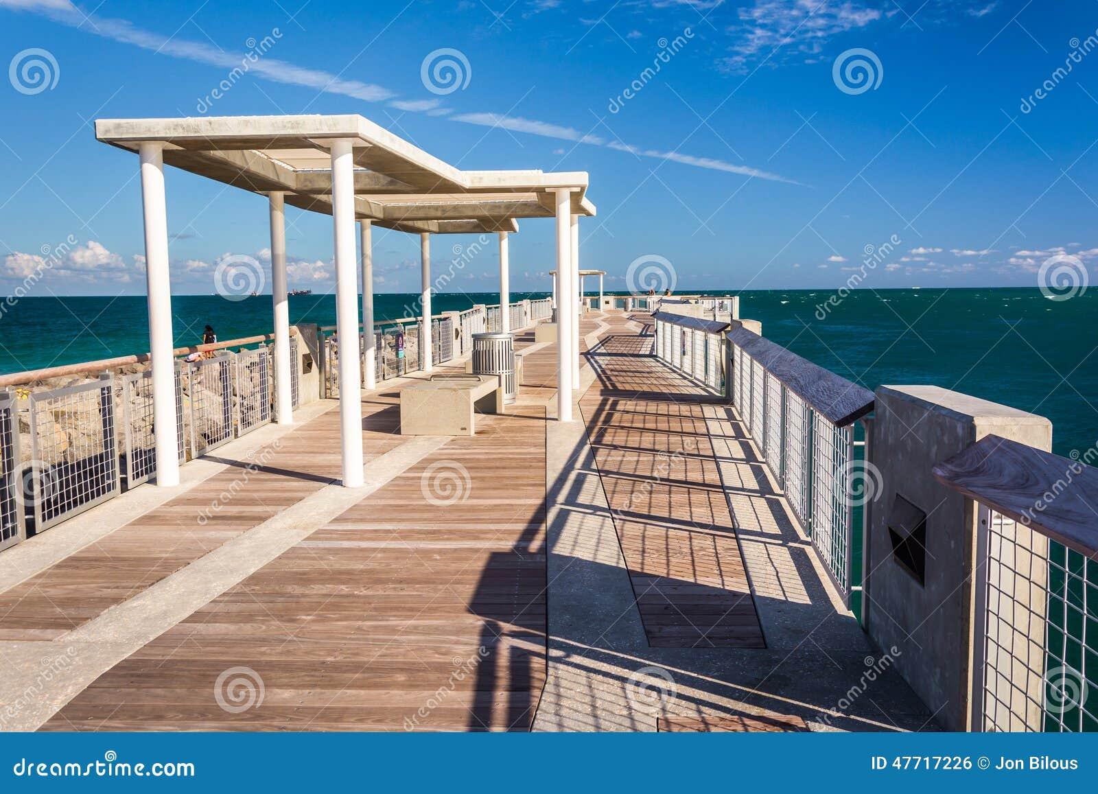 De visserij van pijler bij het Park van Zuidenpointe in het Strand van Miami, Florida