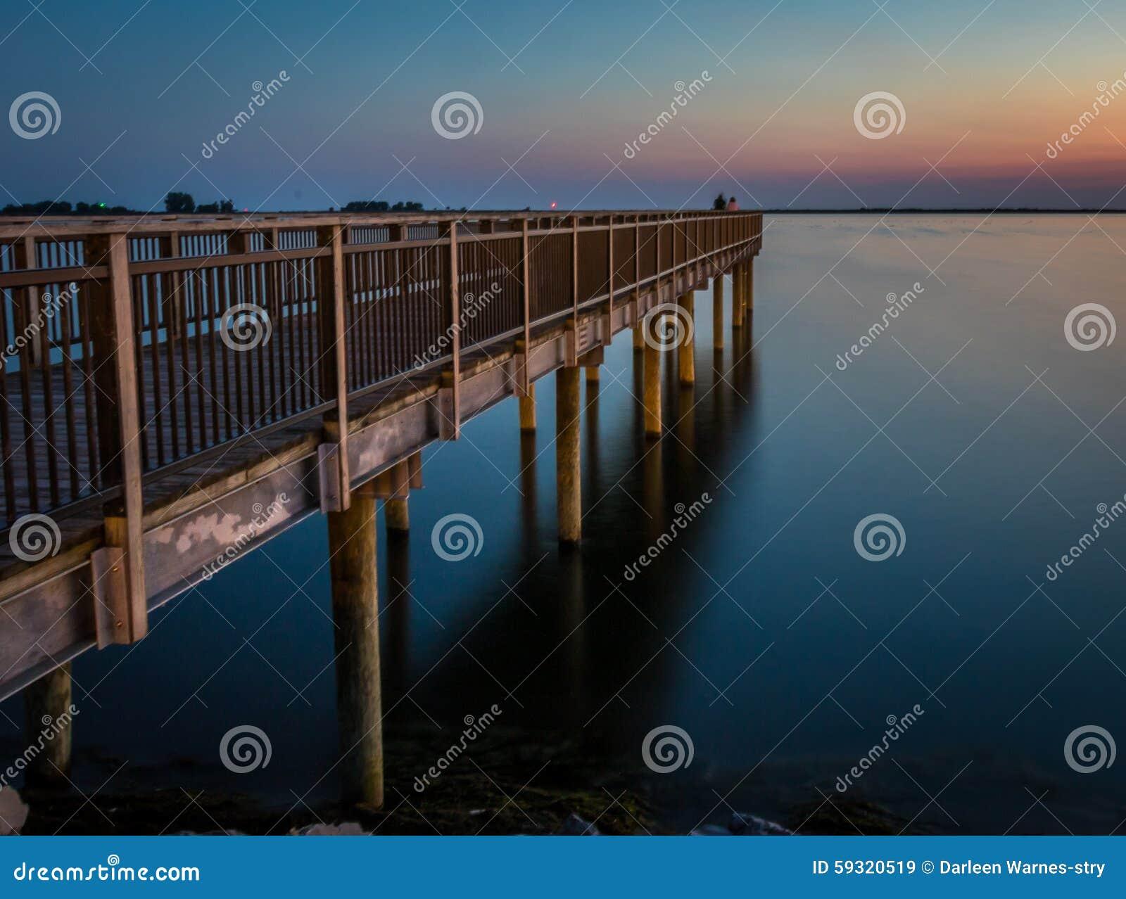 De visserij van pijler over Meer Erie bij zonsondergang