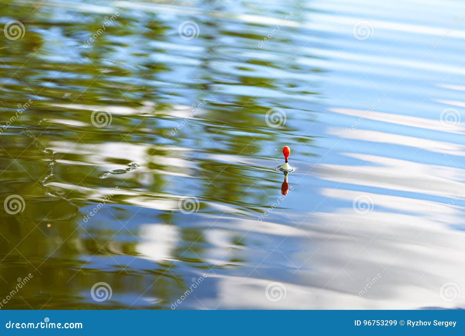 De visserij van vlotter op water met golven en mooie bezinning