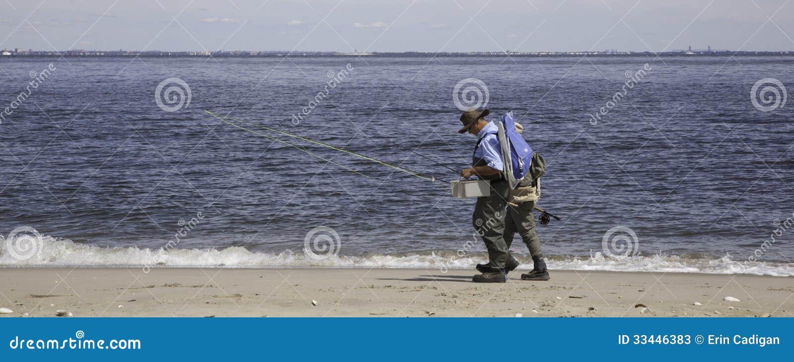 De vissers lopen langs Strand - Panorama