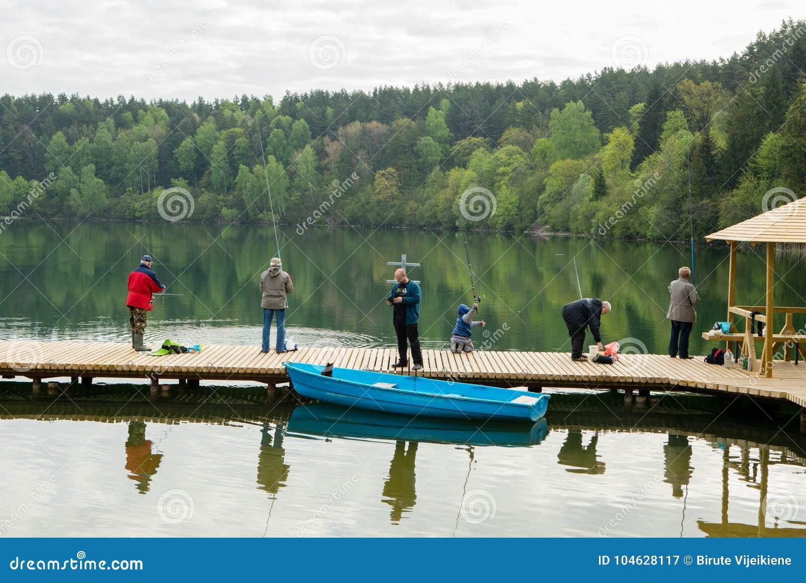 Download De Vissers Vissen Op Zalieji Ezerai Redactionele Fotografie - Afbeelding bestaande uit vilnius, leisure: 104628117