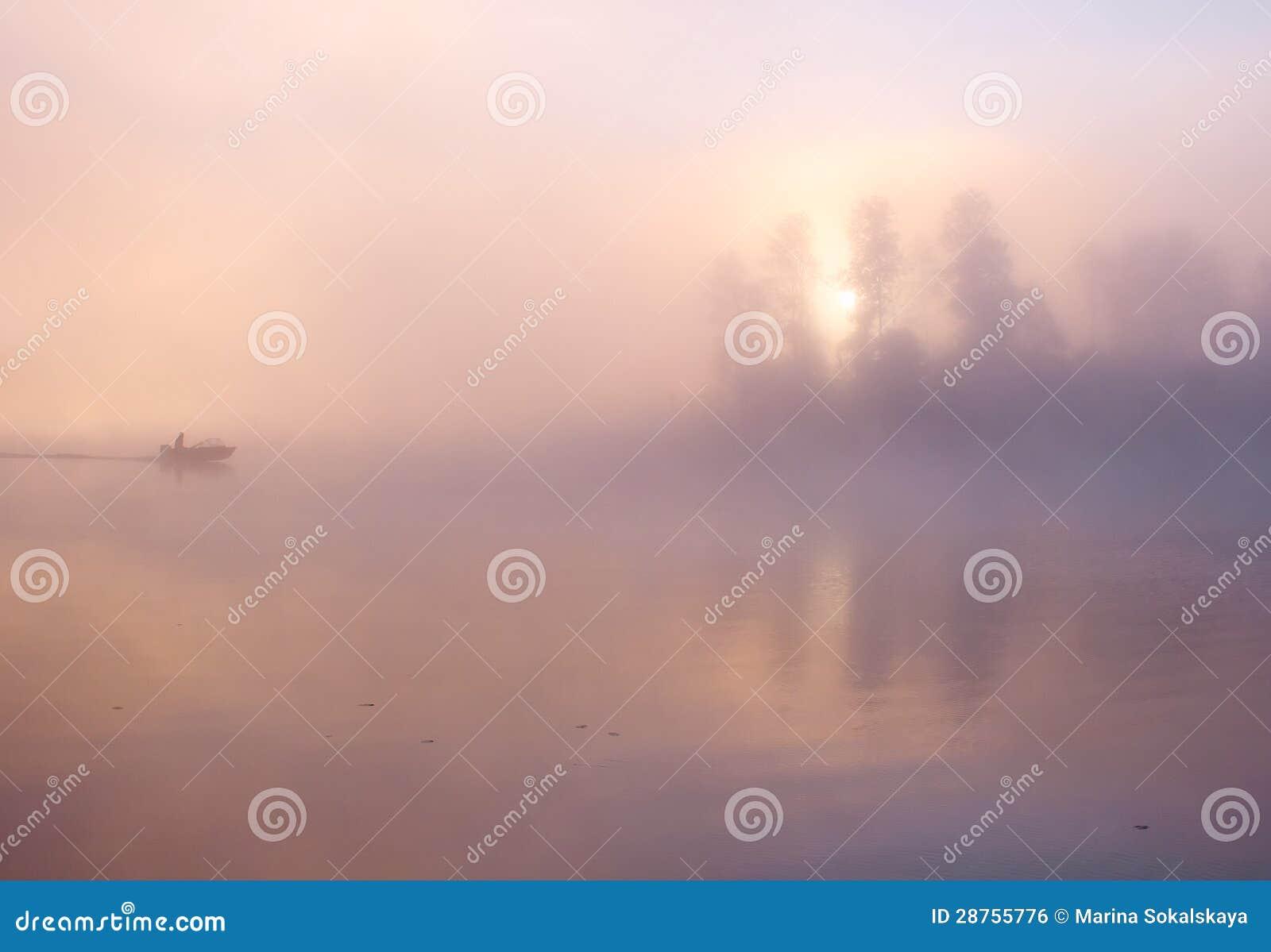 De vissersbootmeer van de mist