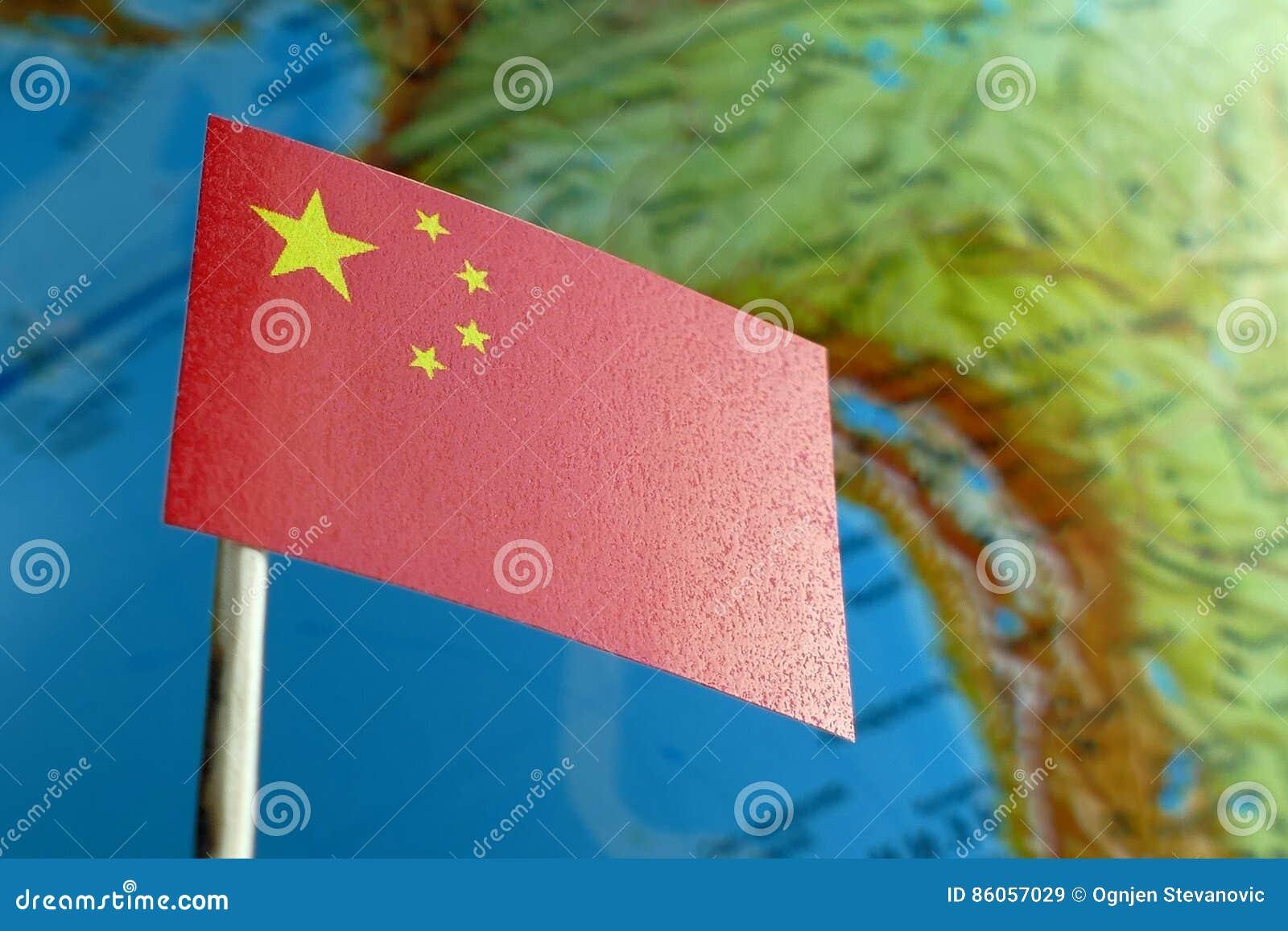 De vlag van China met een bolkaart als achtergrond