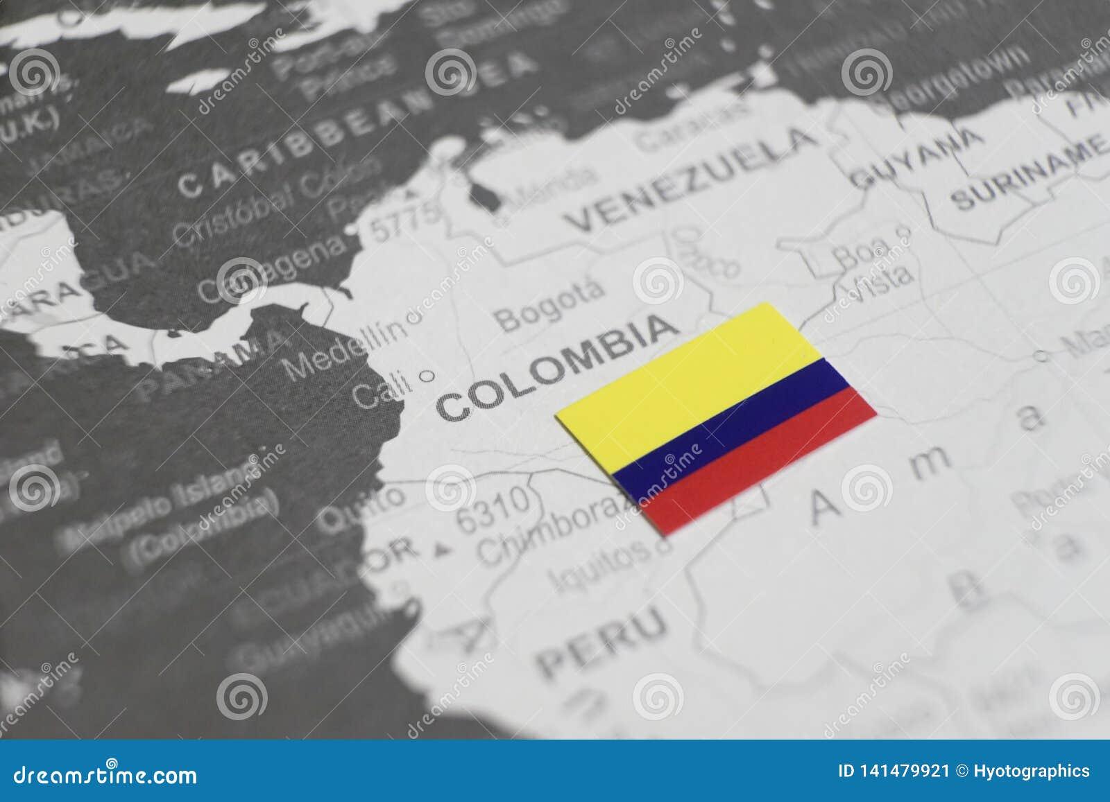 De vlag van Colombia op de kaart van Colombia van wereldkaart die wordt geplaatst