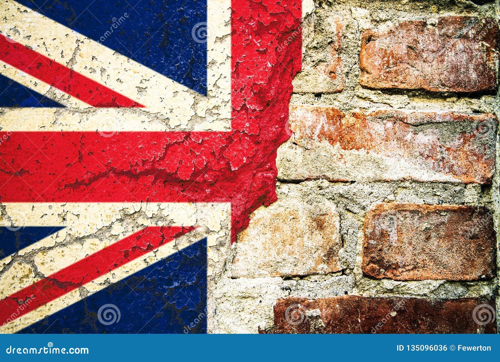 De vlag van het Verenigd Koninkrijk het UK het vlag geschilderde gebarsten verdeelde het pellen van de het cementvoorgevel van de