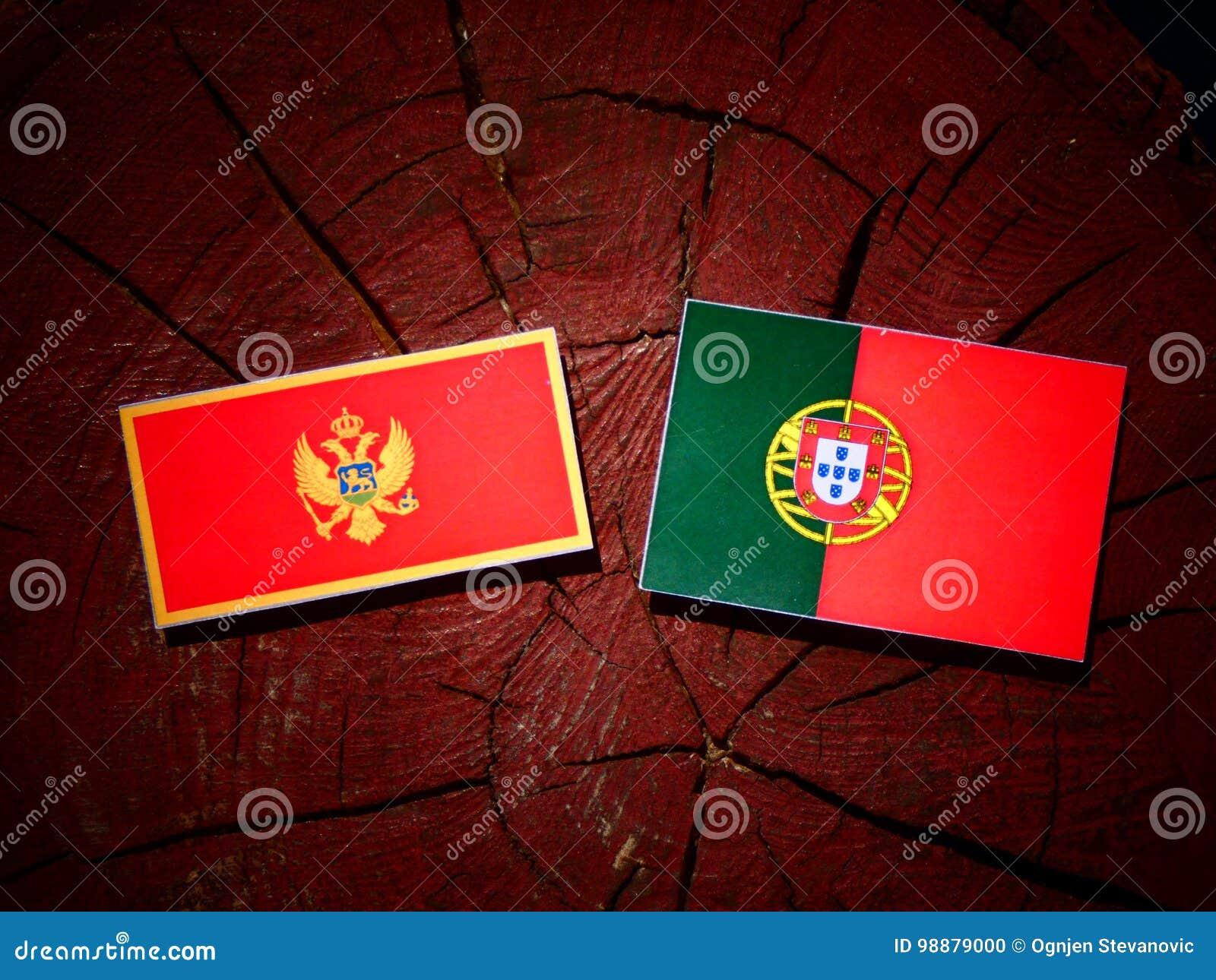 De vlag van Montenegro met Portugese vlag op een geïsoleerde boomstomp