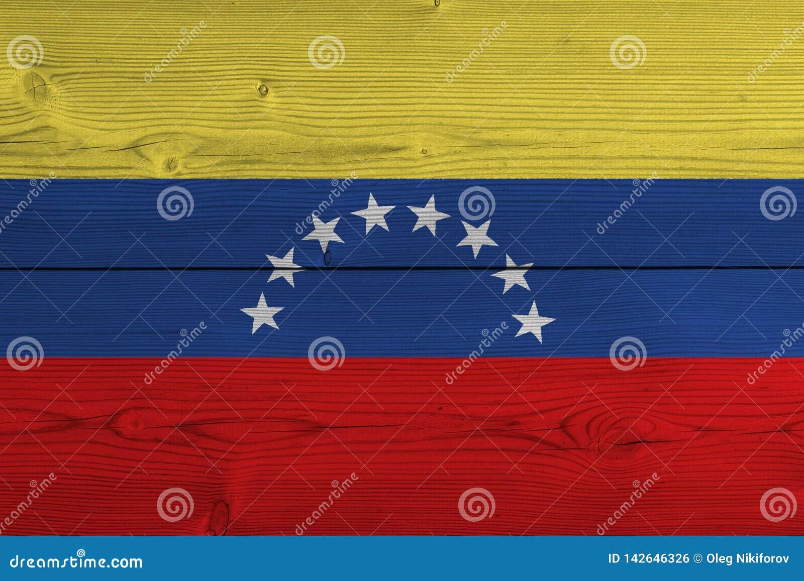 De vlag van Venezuela op oude houten plank wordt geschilderd die