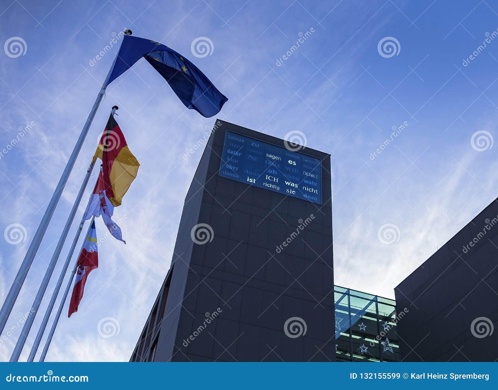 De vlaggen blazen voor de staat representatief voor Brandenburg in Berlin Mitte