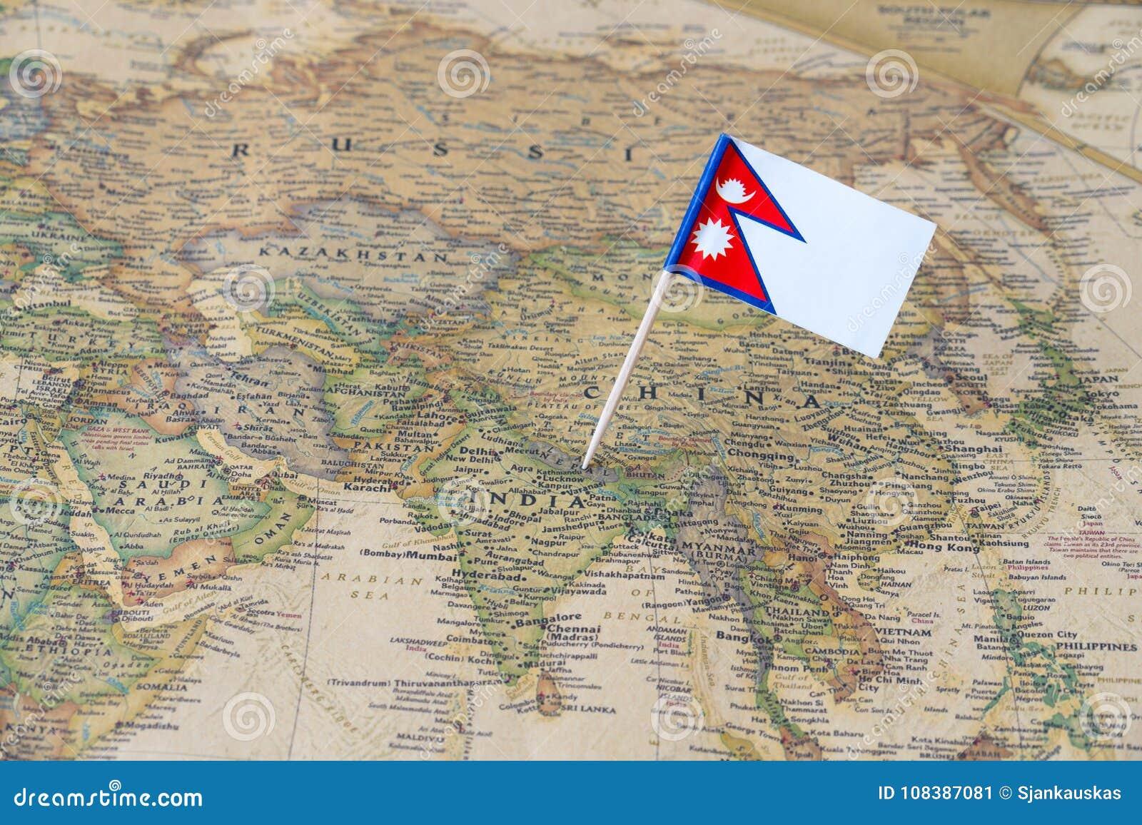De vlagspeld van Nepal op een wereldkaart