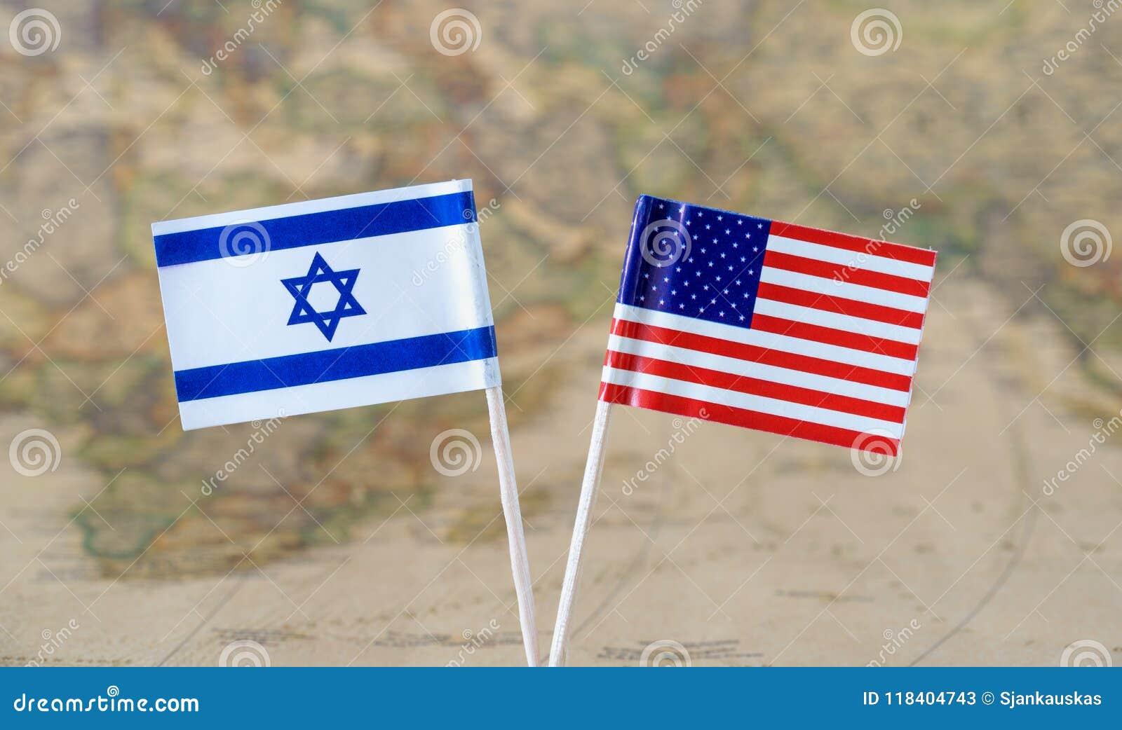 De de vlagspelden van de Verenigde Staten van Amerika en van Israël op een wereld brengen achtergrond, politiek relatiesconcept i