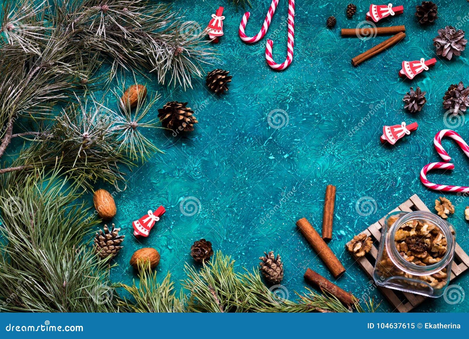 Download De Vlakte Van De Kerstmisviering Legt Met Noten, Kaneel, Kegels En Suikergoeddames Met Exemplaarruimte Op Groene Achtergrond Stock Afbeelding - Afbeelding bestaande uit pitten, voor: 104637615