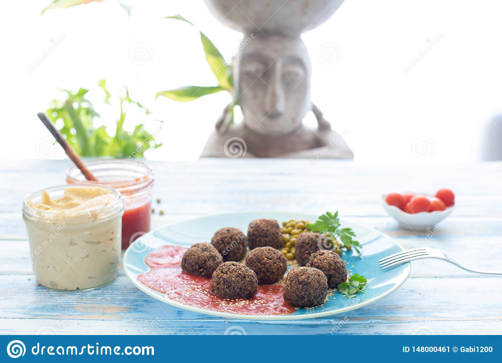 De vleesballetjes van de paddestoelveganist met hummus en gebraden tomaat, Albà ³ ndigas veganas DE champiñones bedriegen hummus