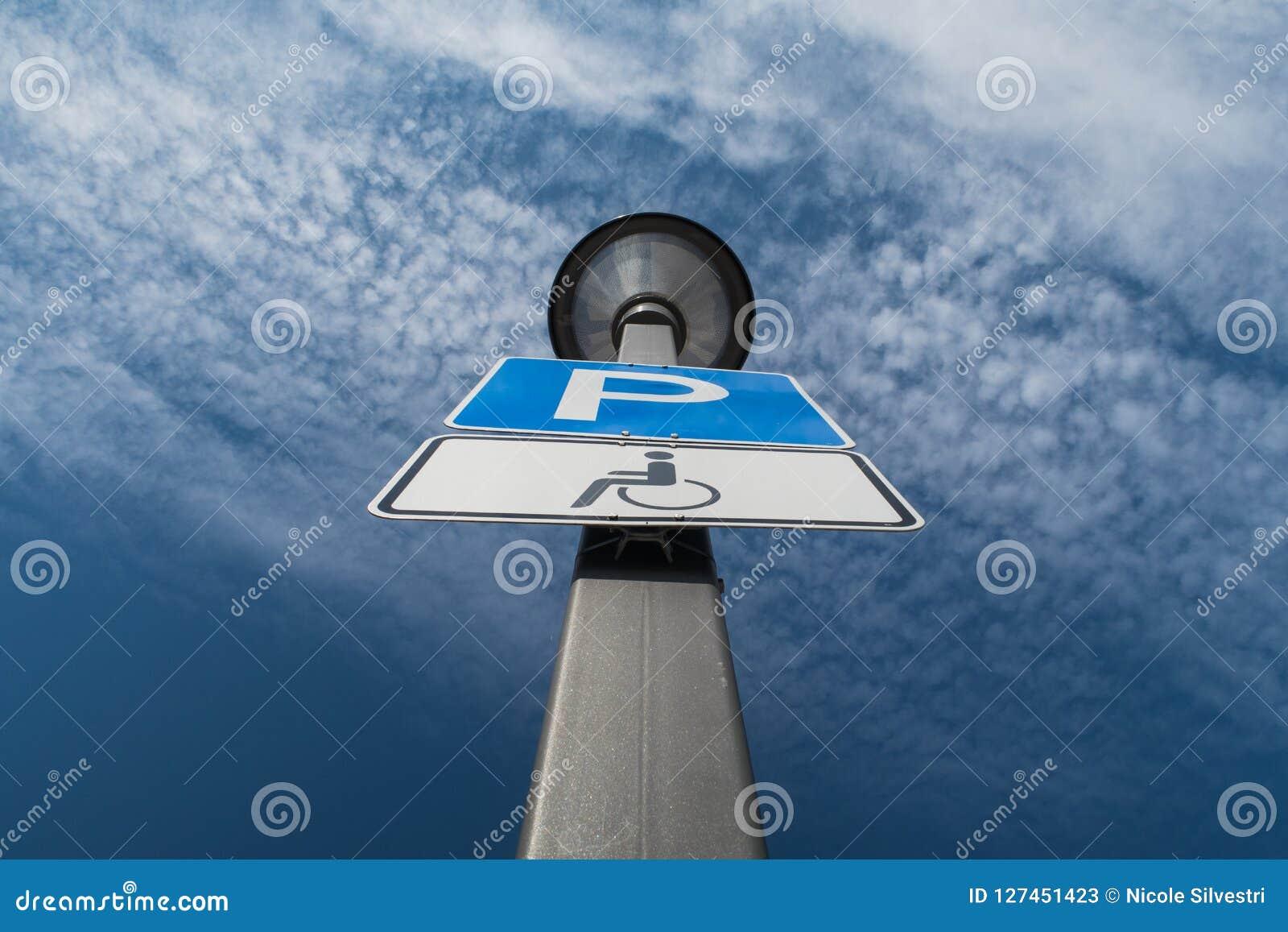 De vlek van het onbekwaamheidsparkeren, wolken en blauwe hemel op de achtergrond