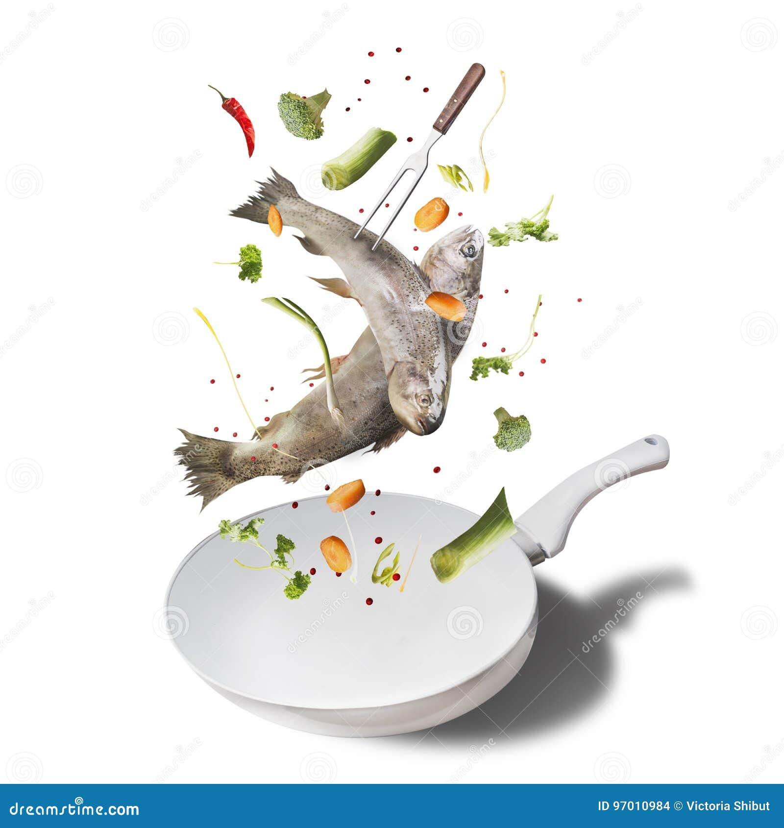 De vliegende ruwe gehele forel vist met groenten, olie en kruideningrediënten boven emailpan voor het smakelijke koken, geïsoleer