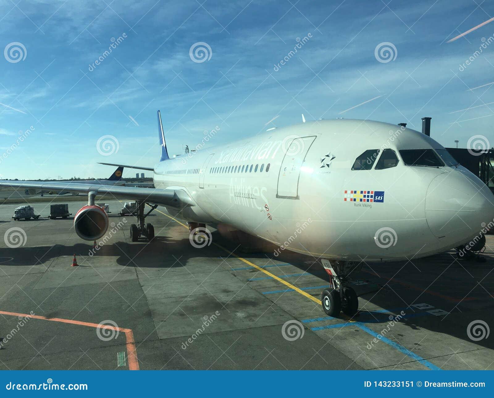 De vliegtuigen op het gebiedswachten om op te stijgen gaan naar huis