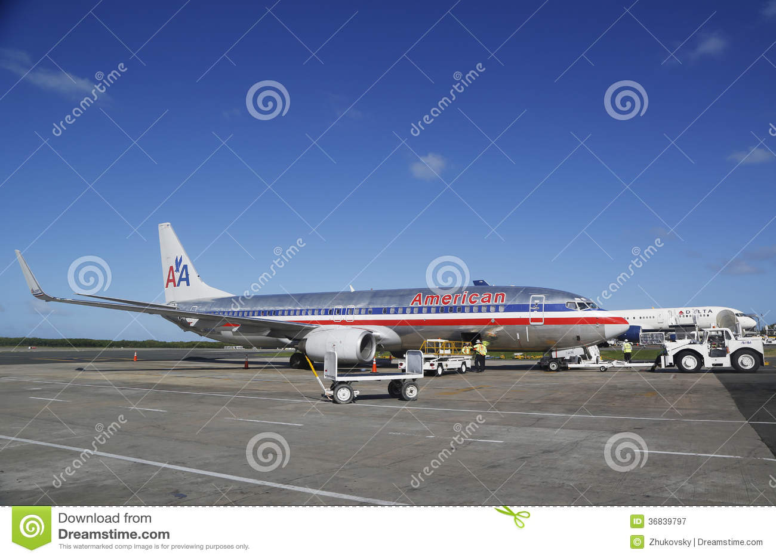 De vliegtuigen van American Airlines en Delta Airlines-bij de Luchthaven van Punta Cana, Dominicaanse Republiek