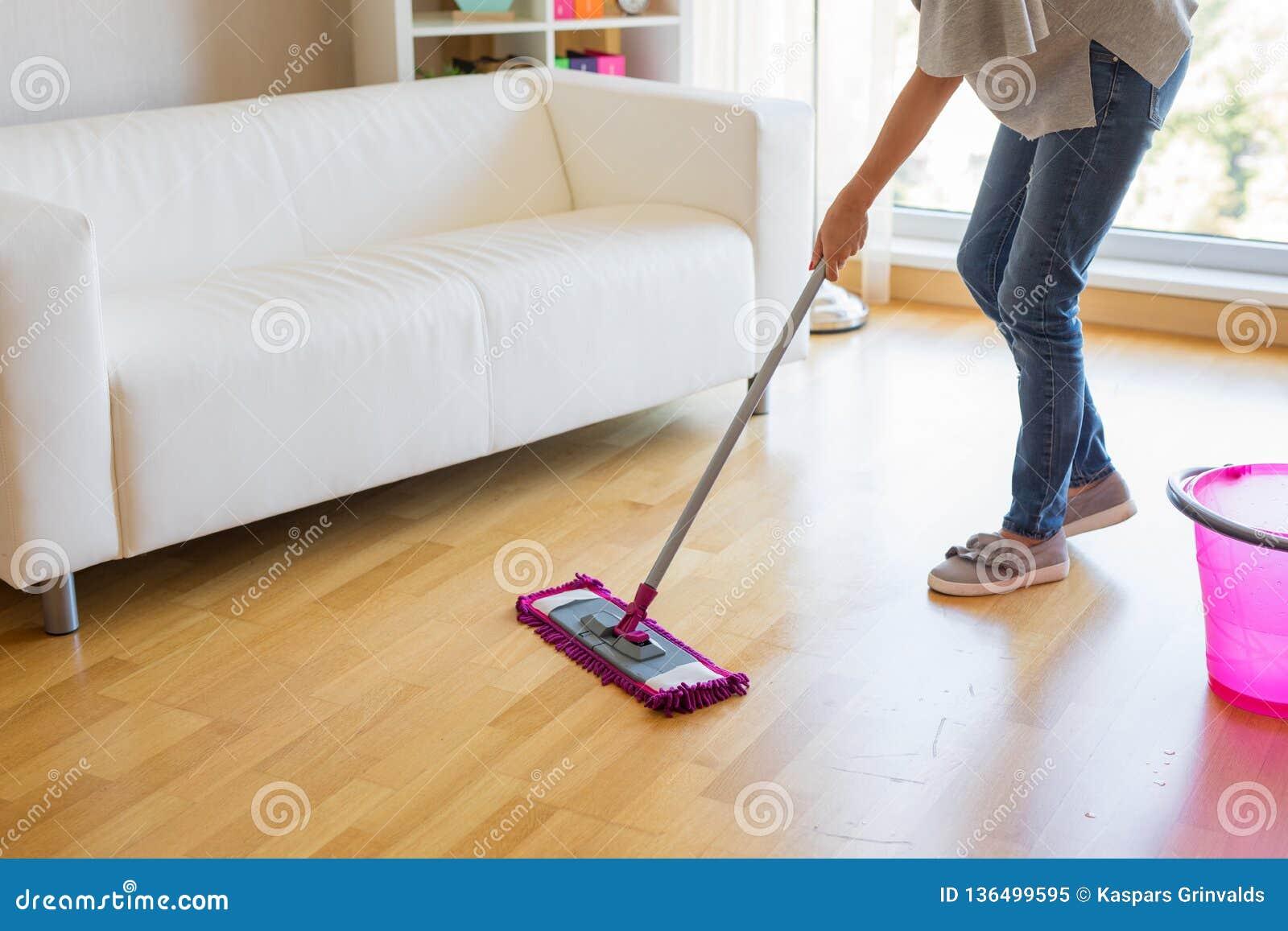 De vloeren van de vrouwenwas, huis het houden