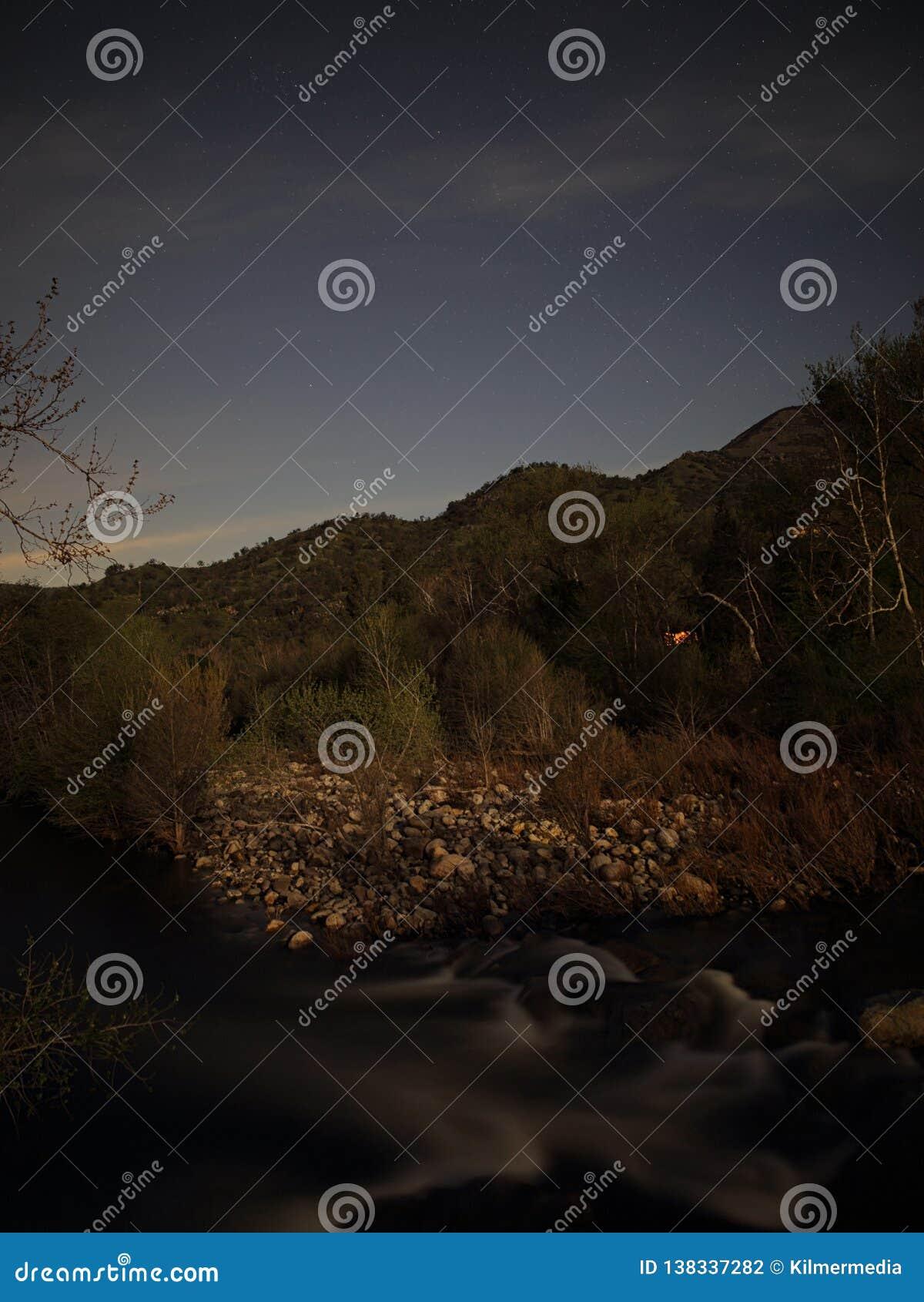 De vlotte Stroomversnelling van het Kreekwater onder een Sterrige Nachthemel in Groot in openlucht