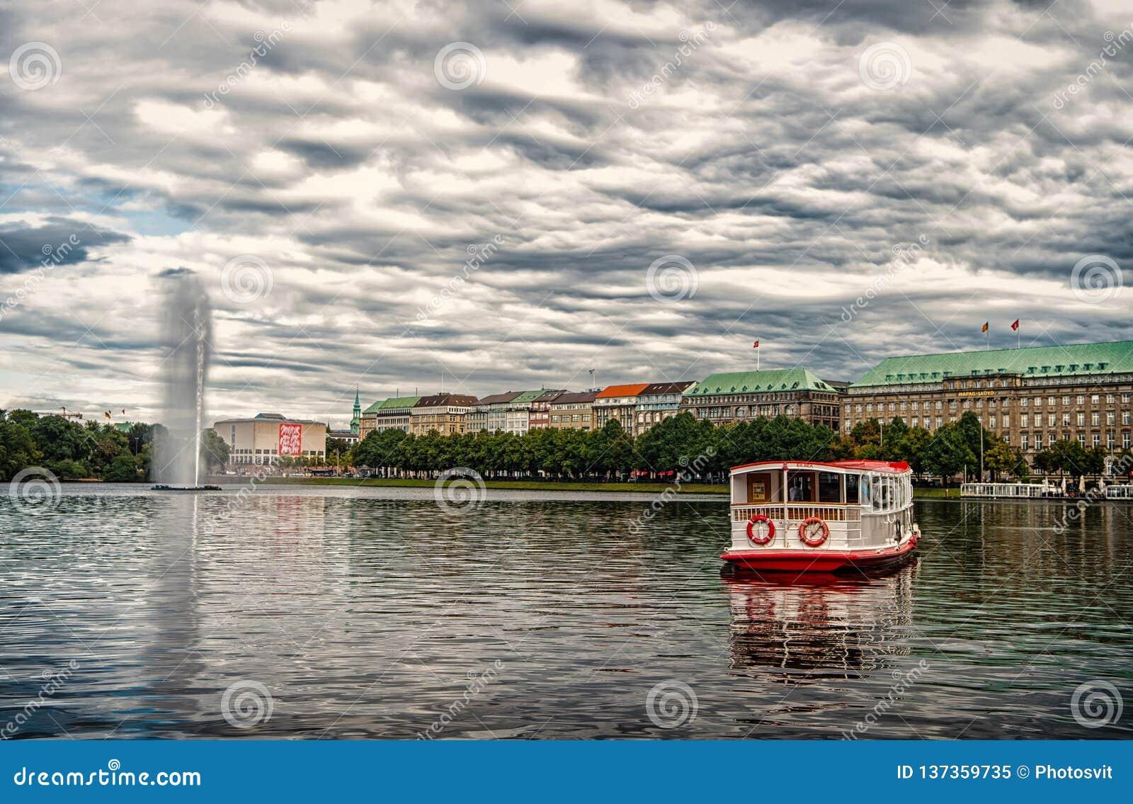 De vlotter van de kruiserboot op rivierwater in Hamburg, Duitsland