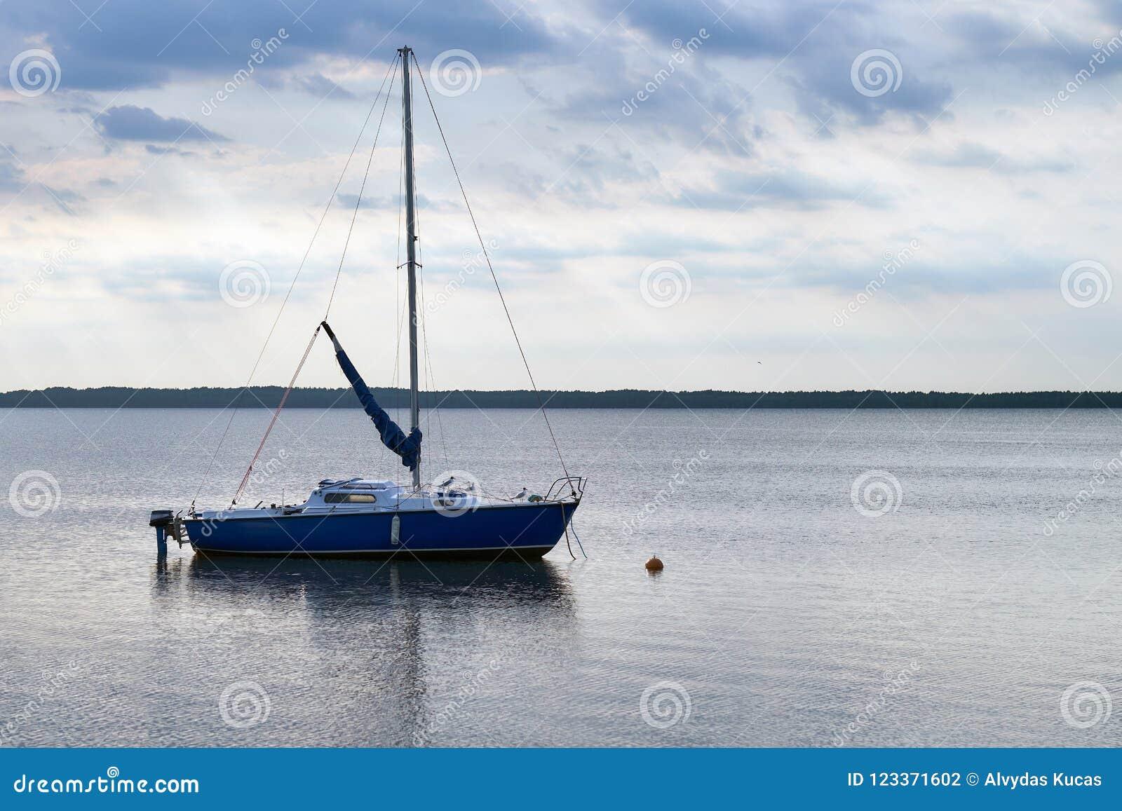 De vlotters van de motorboot in het meer