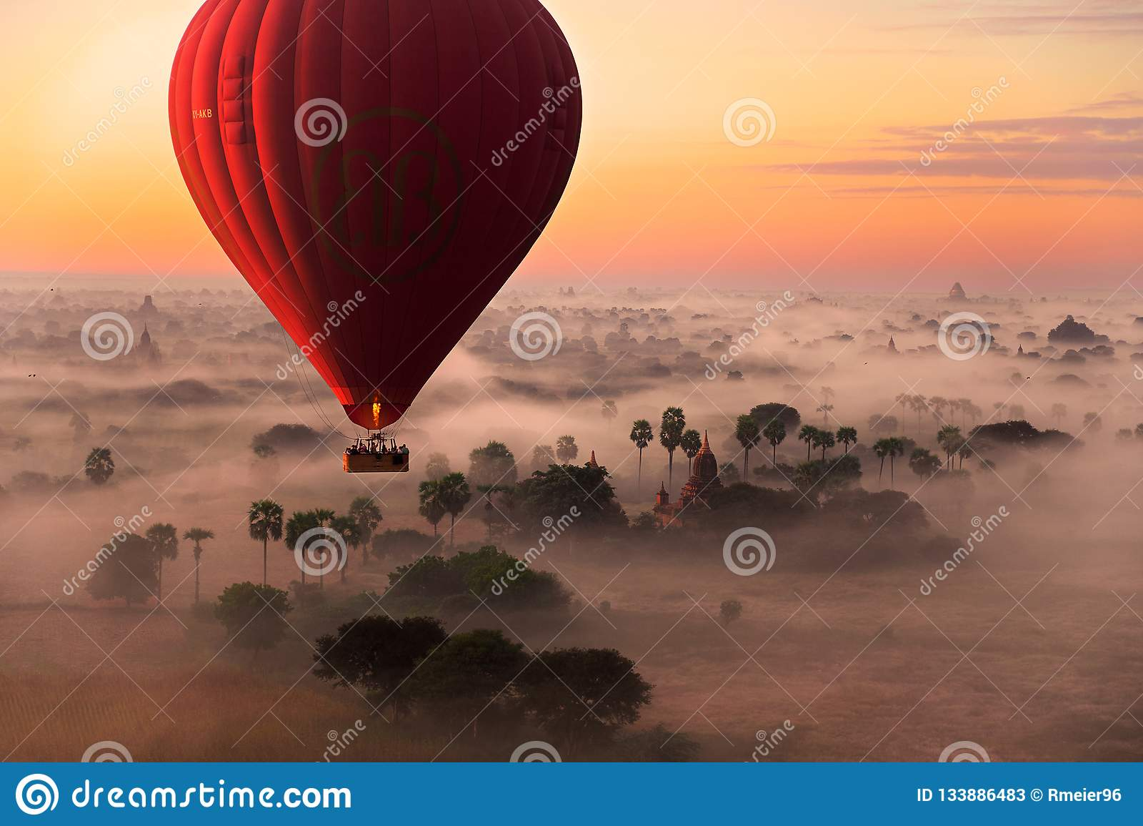 De vlucht van de hete luchtballon in Bagan