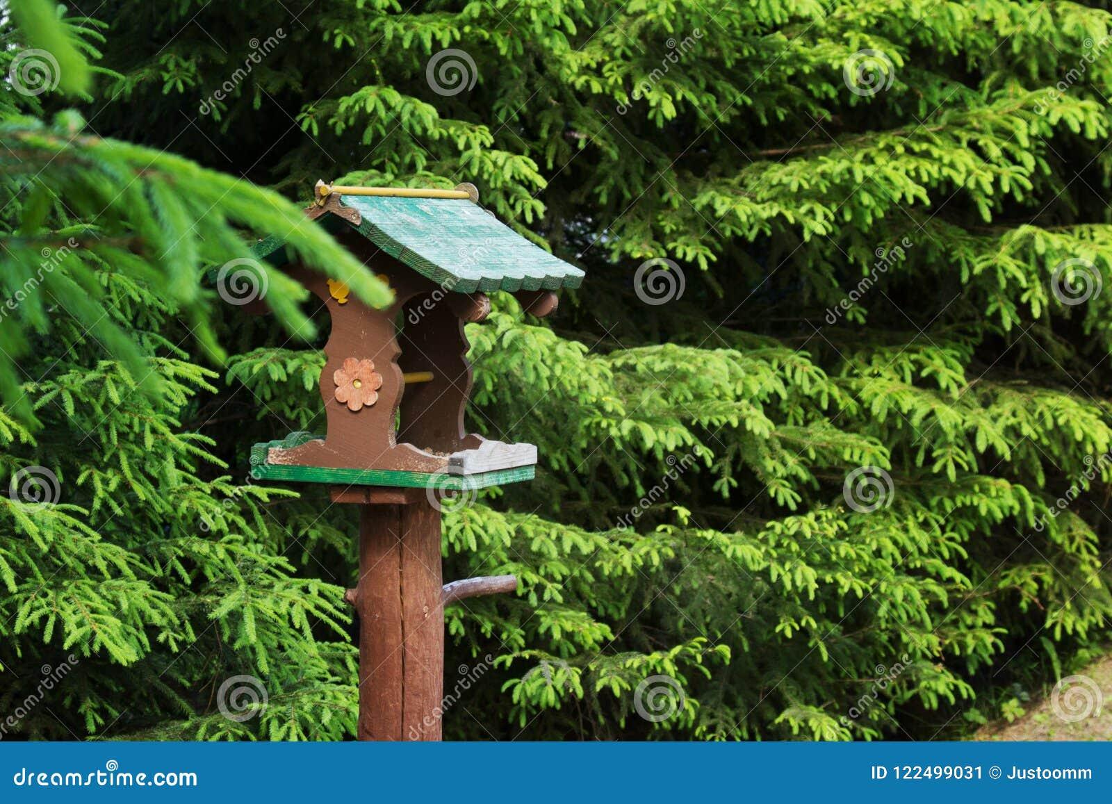 De voeder voor vogels en dieren is in het bos