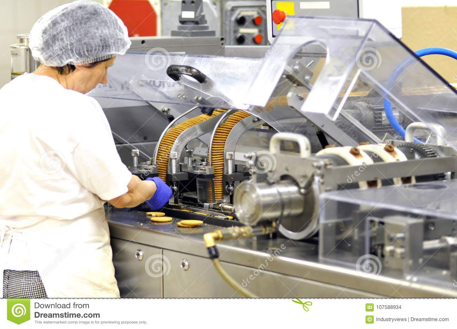 De voedselindustrie - de koekjesproductie in een fabriek op een transportband is
