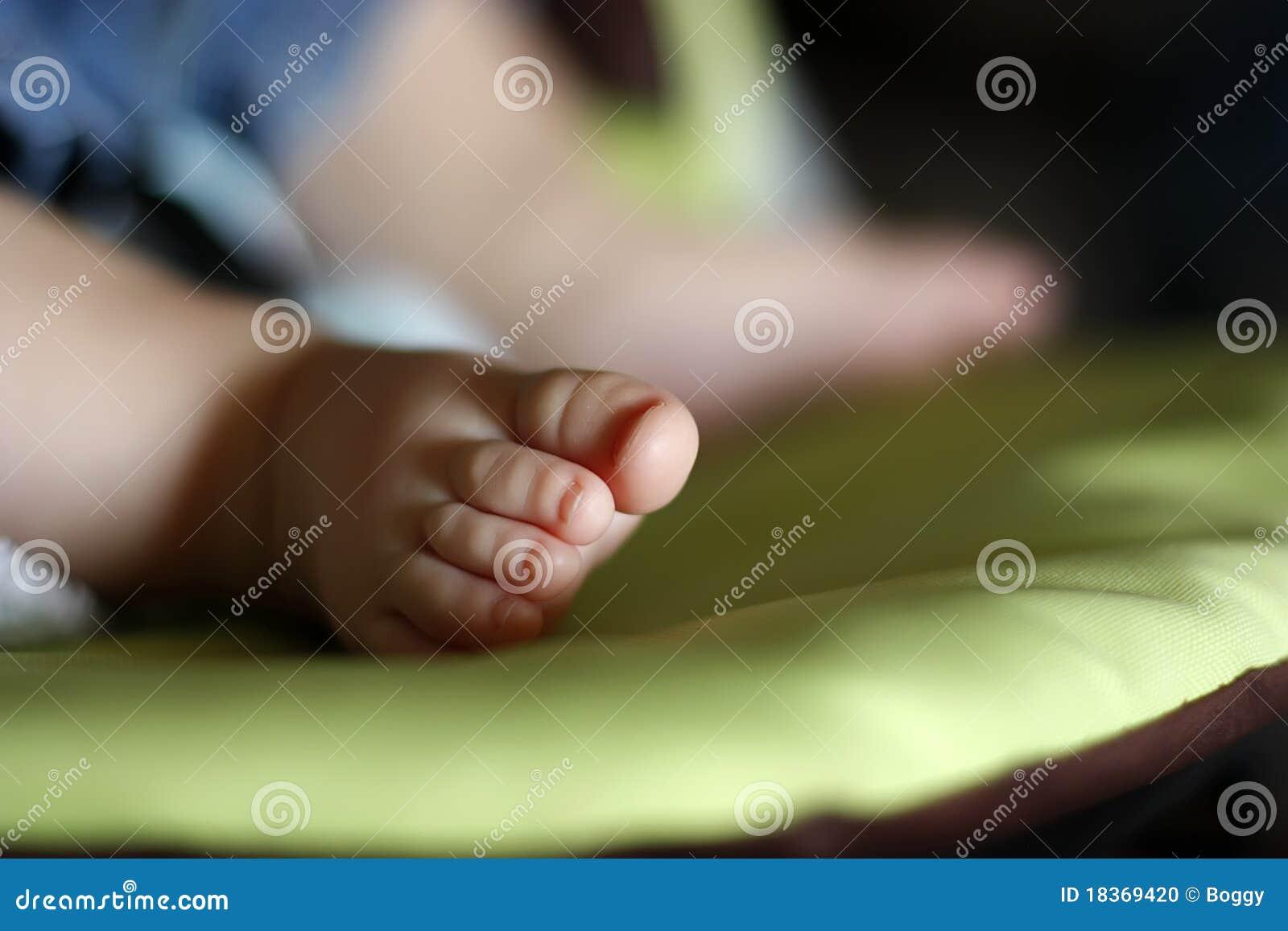 De voet van de baby stock foto afbeelding 18369420 - Baby voet verkoop ...