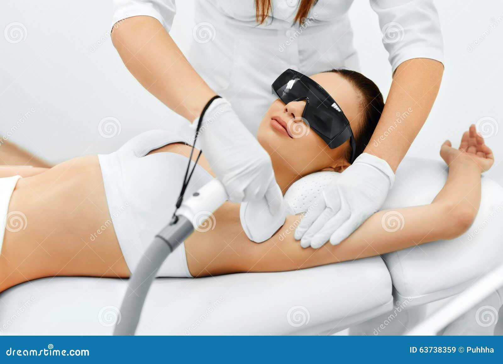 De voet van de vrouw in het water De Verwijdering van het laserhaar Epilationbehandeling Vlotte Huid