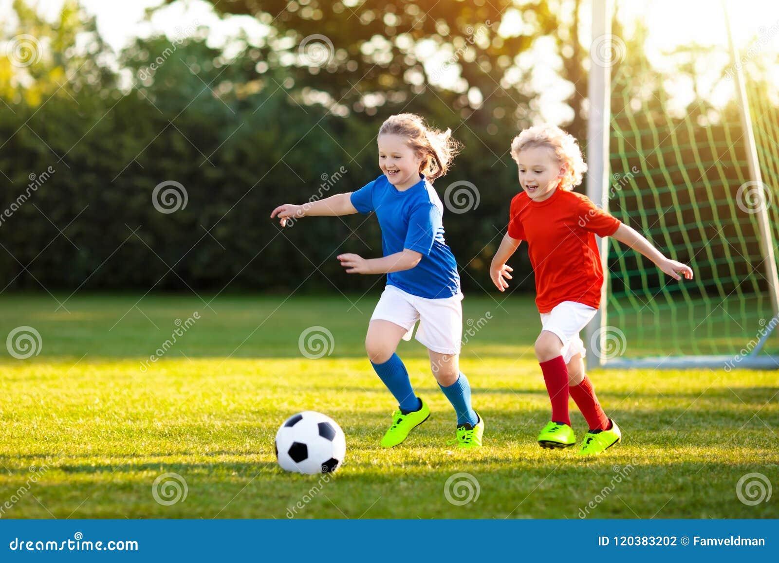 De Voetbal van het jonge geitjesspel Kind bij voetbalgebied
