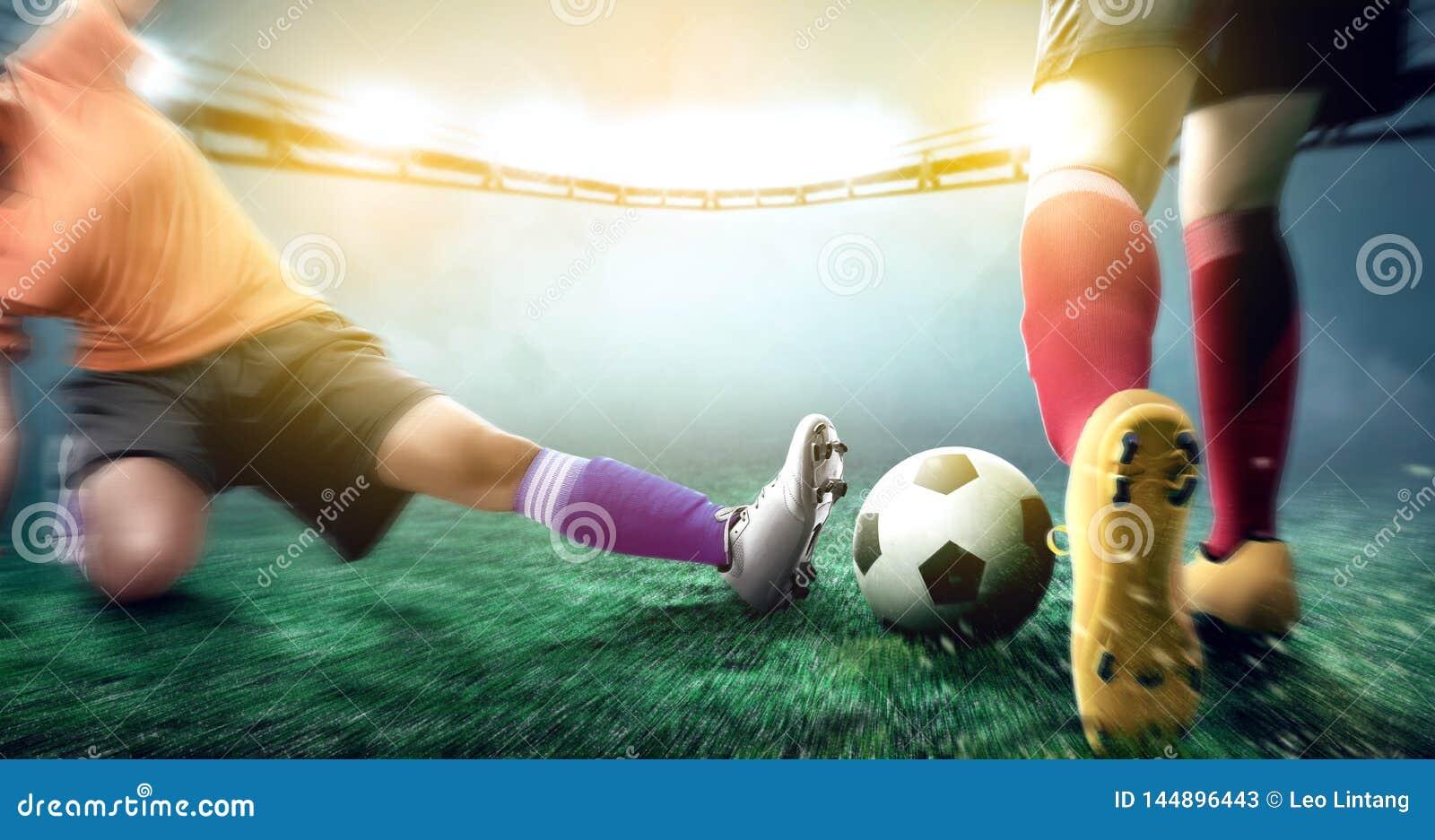 De voetbalstervrouw in oranje Jersey die pakt de bal van zijn tegenstander aan glijden
