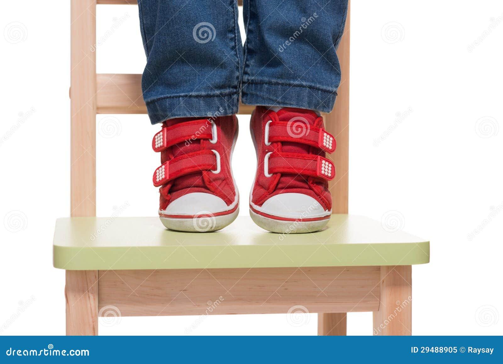 Stoel Voor Kind : De voeten die van het kind zich op de kleine stoel op tiptoe