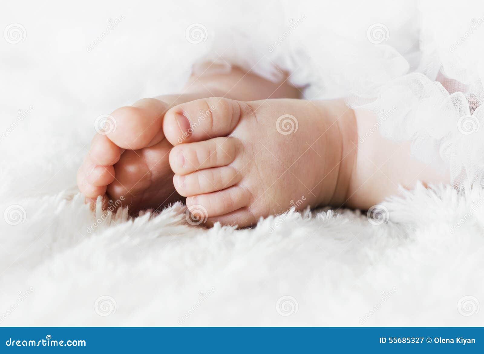 De voeten van de baby stock foto afbeelding 55685327 - Baby voet verkoop ...