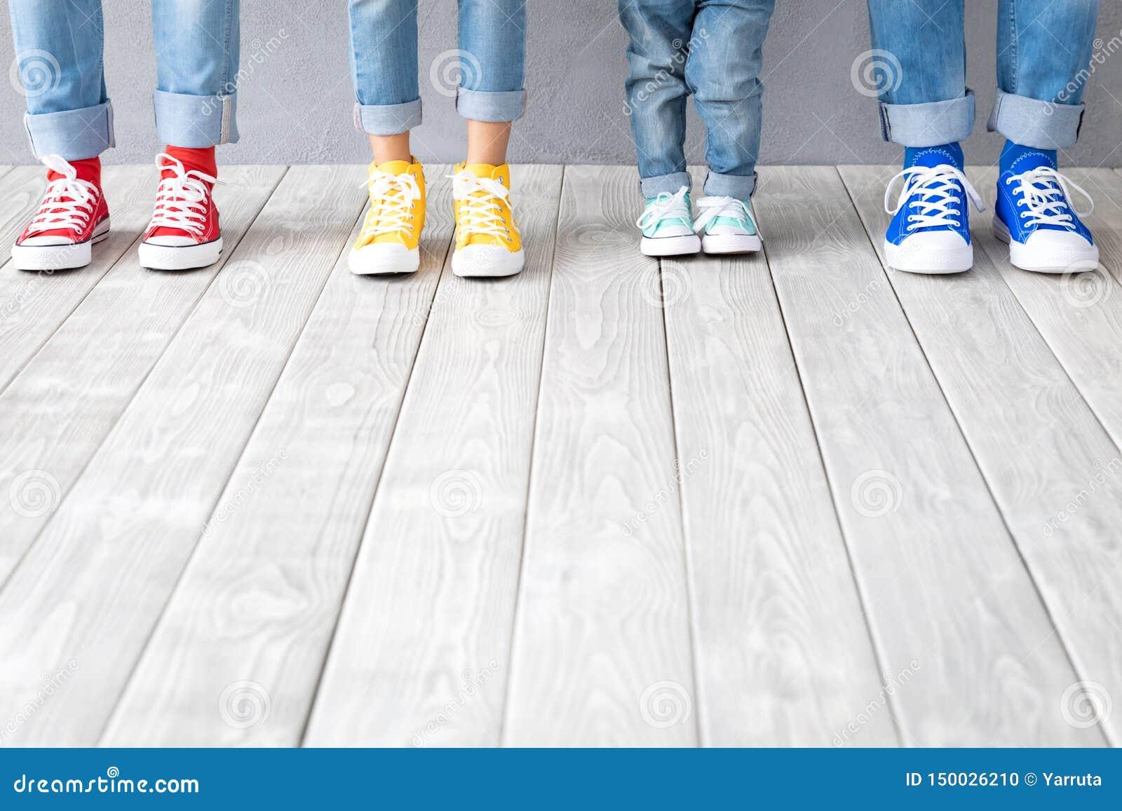 De voeten van mensen in kleurrijke tennisschoenen